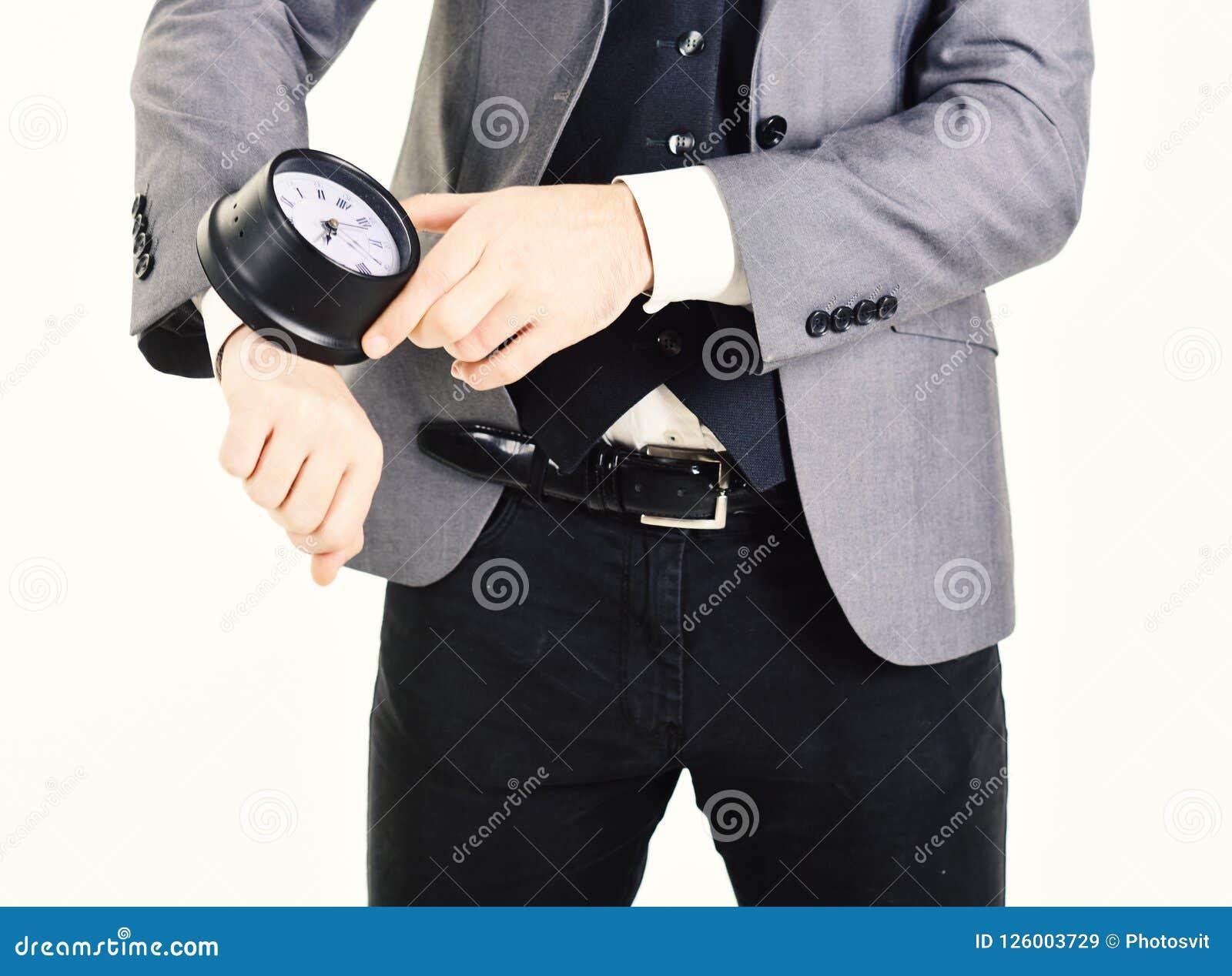 Den manliga handen rymmer stoppuren Mannen bär den eleganta dräkten med stoppuren