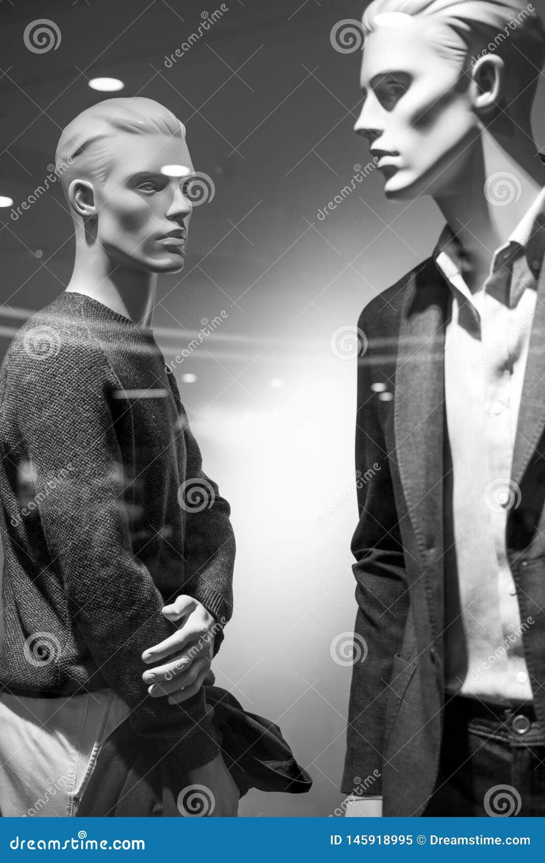 Den manliga modeskyltdockan i boutique ställer ut bär en innegrej