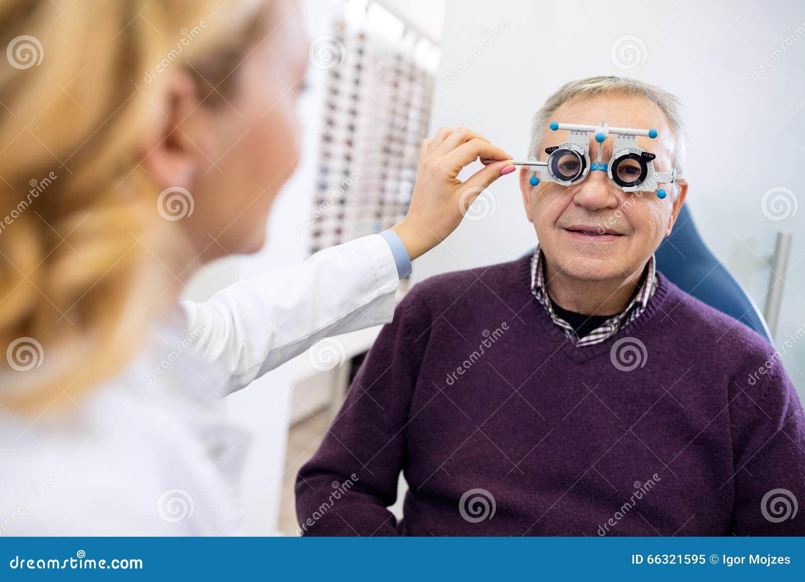 Den manliga pensionären undersöker ögon