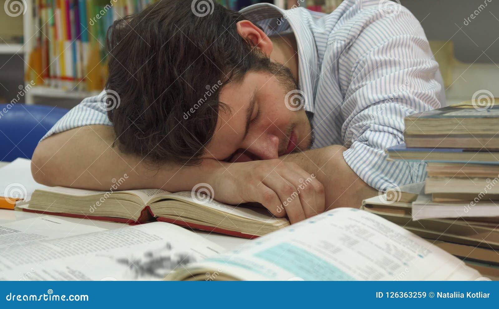 Den manliga studenten vaknar upp på arkivet