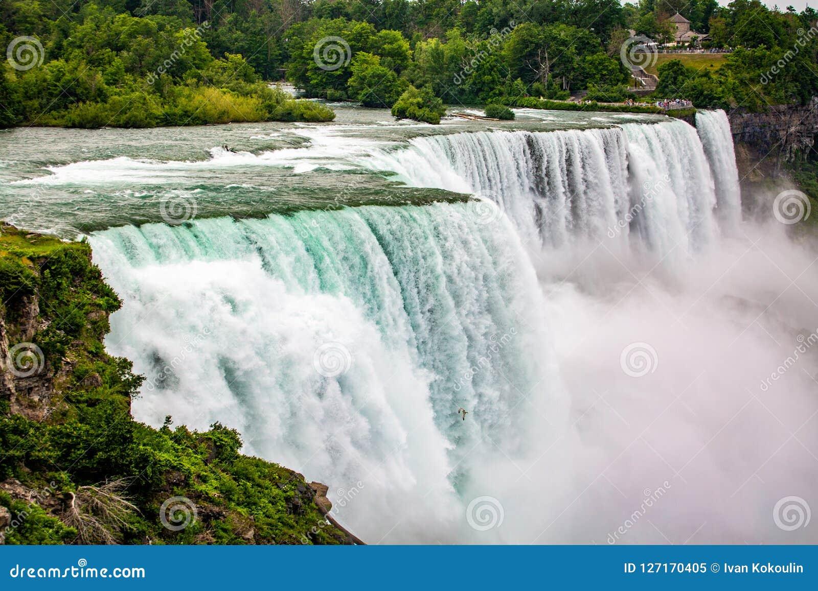 Den massiva vattenfallet applåderar tätt upp i sommar
