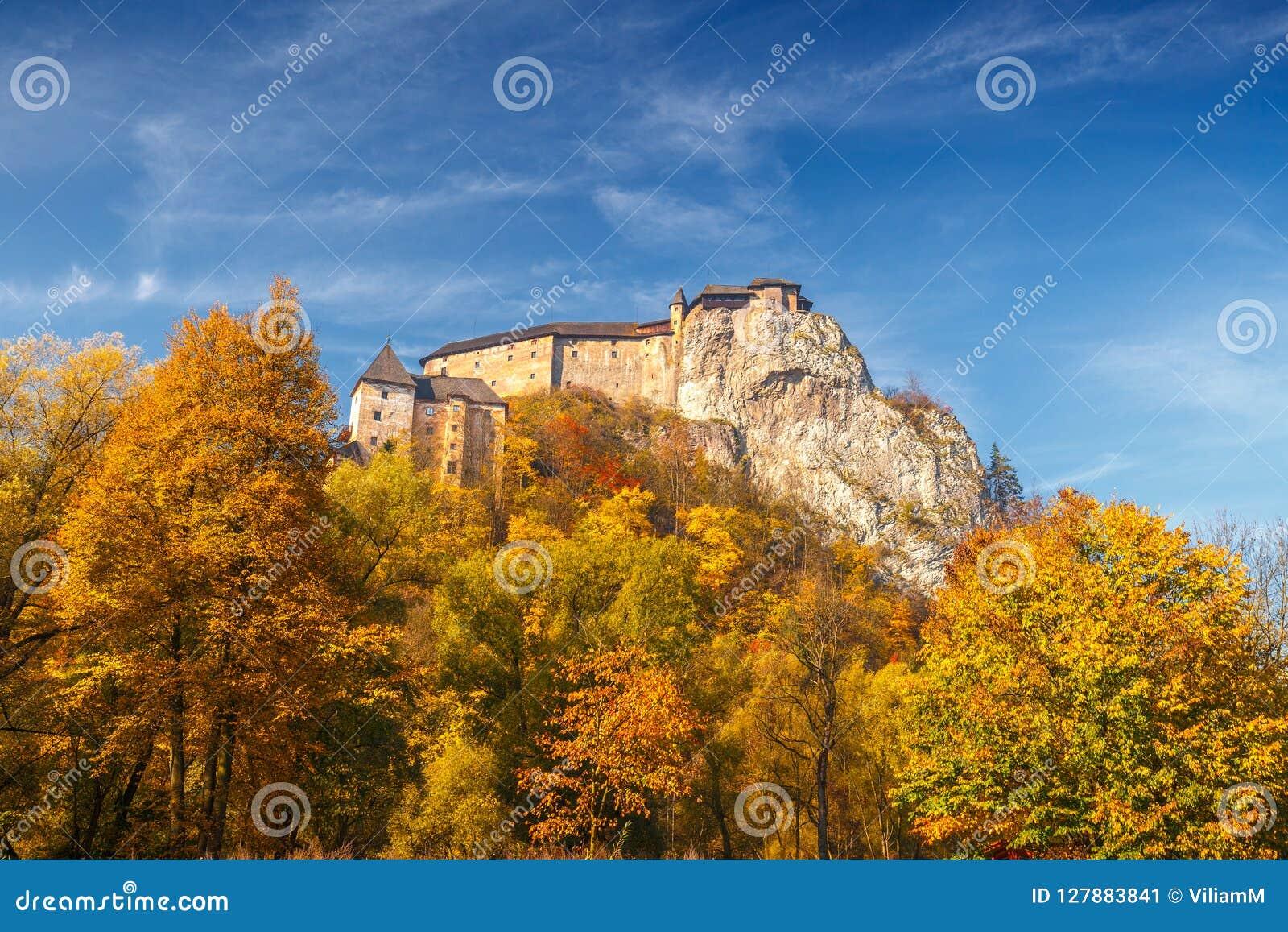Den medeltida Orava slotten i höst, Slovakien