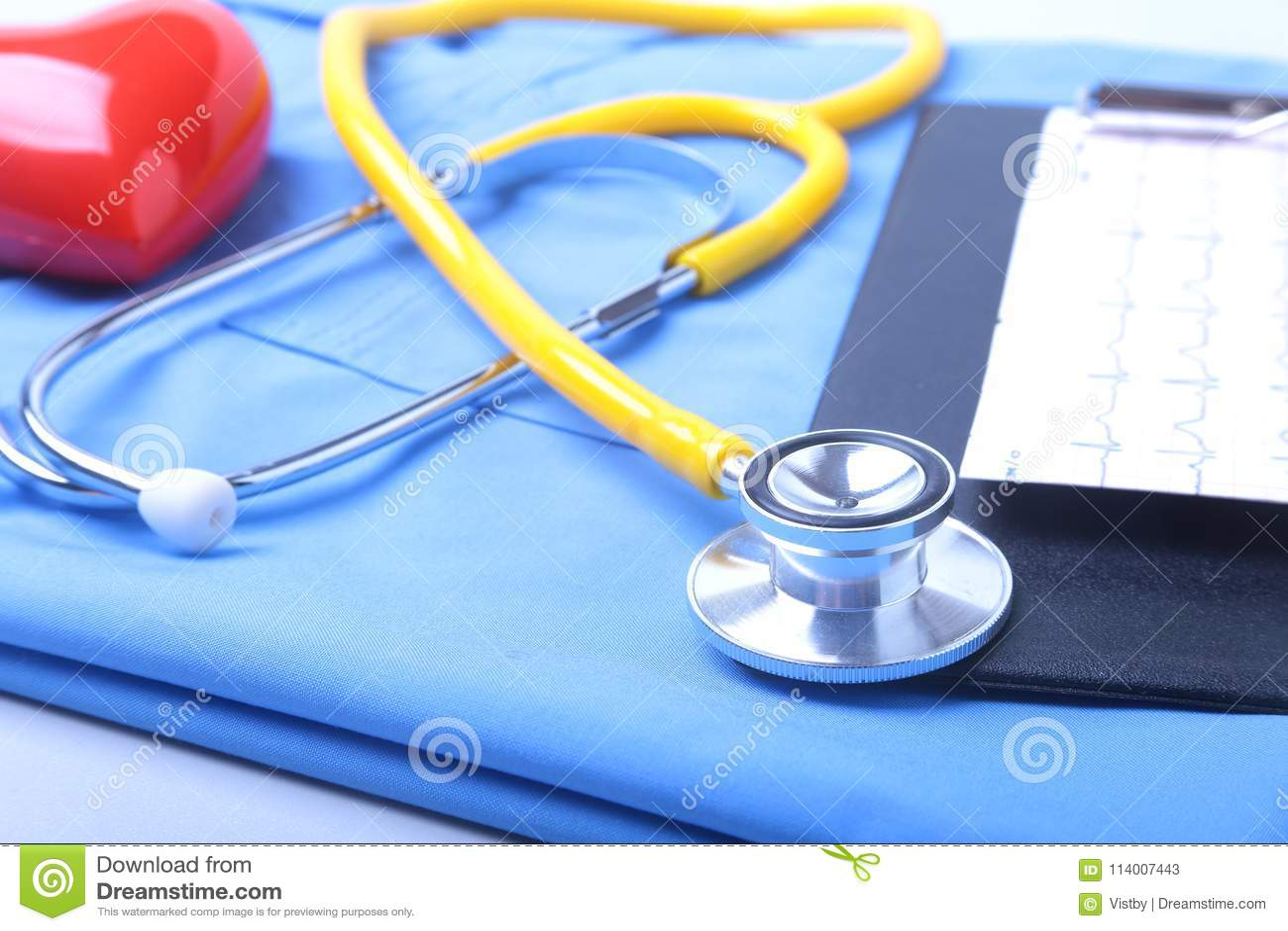 Den medicinska stetoskopet, den tålmodiga listan för medicinsk historia, RX-receptet, röd hjärta och blått manipulerar den enhetl
