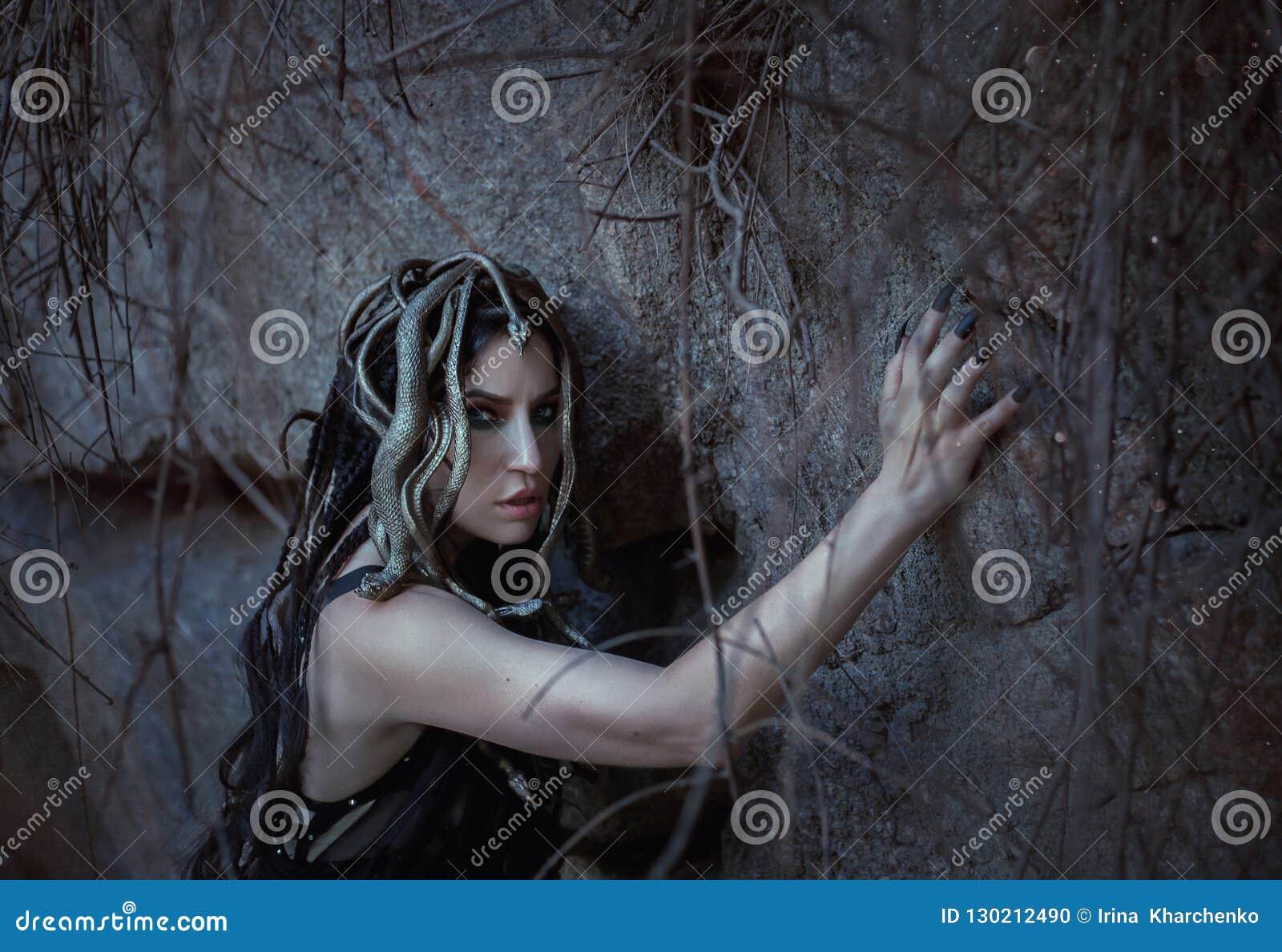 Den MedusaGorgona dottern av guden av havet, som vände från en skönhet in i ett monster, bor på en stenö