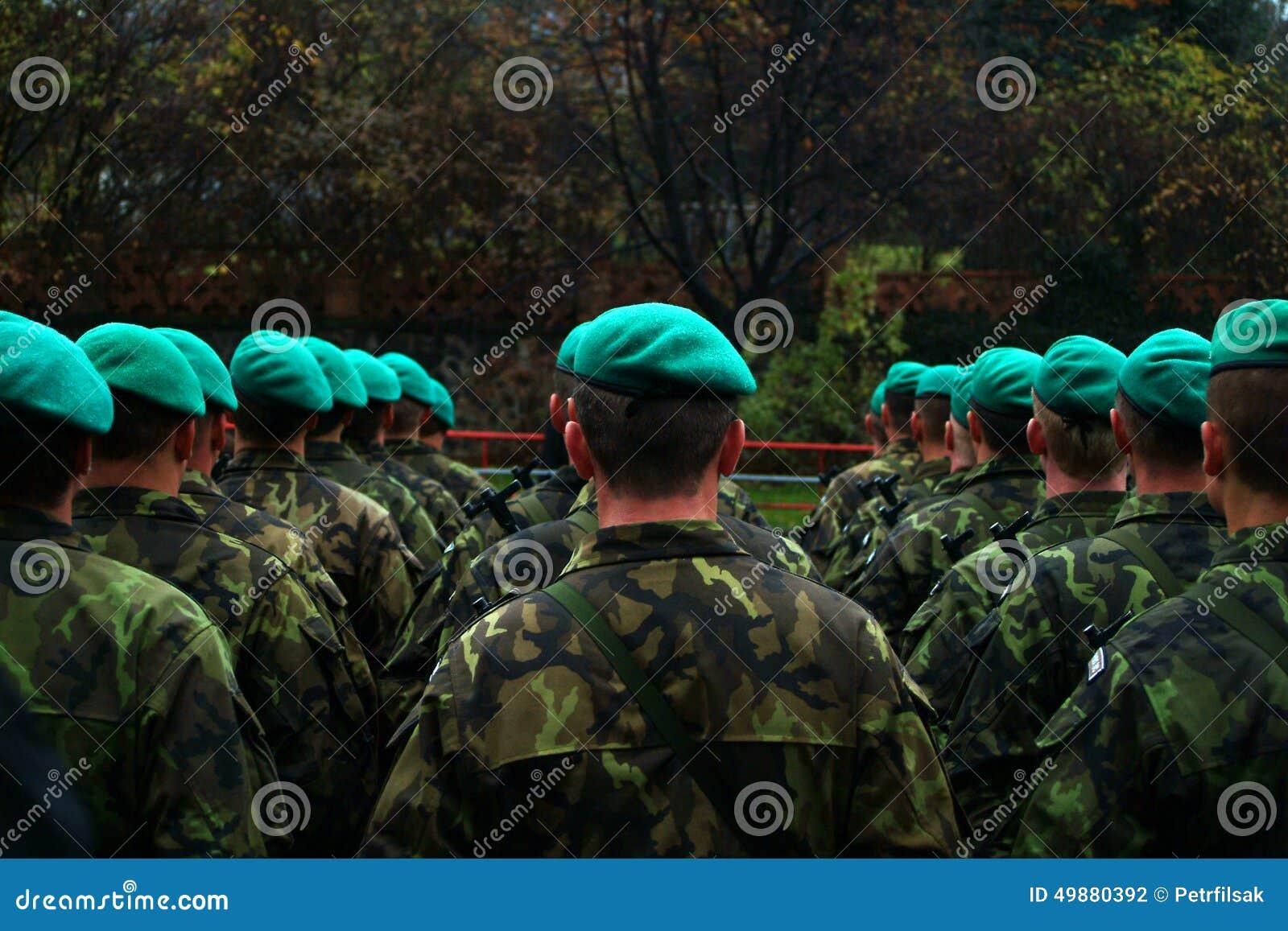 Den Militära Gröna Basker Ståtar 6485af65b5140