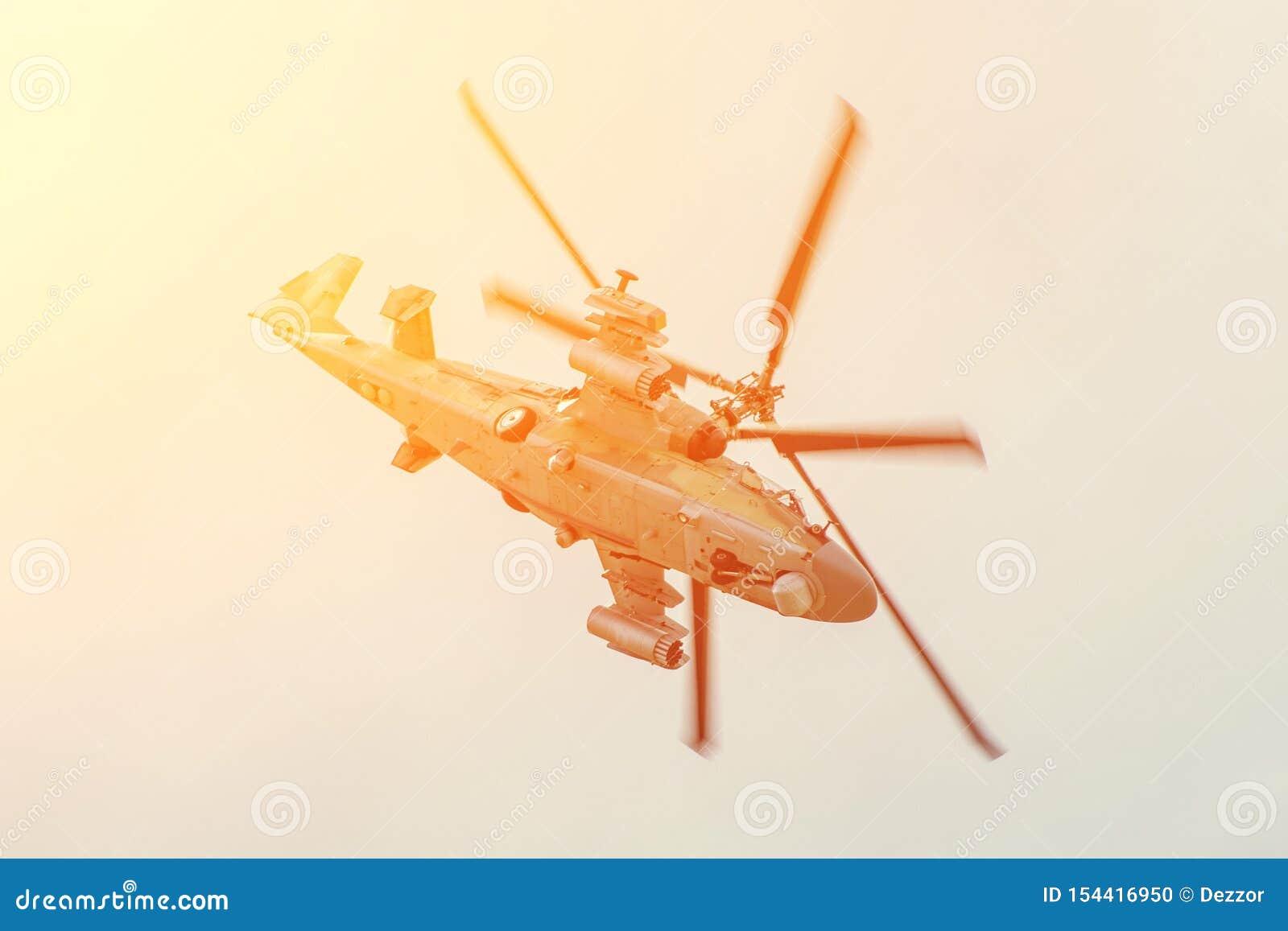 Den militära stridhelikoptern flyger snabbt att vända med en hög vinkel av attack i luften