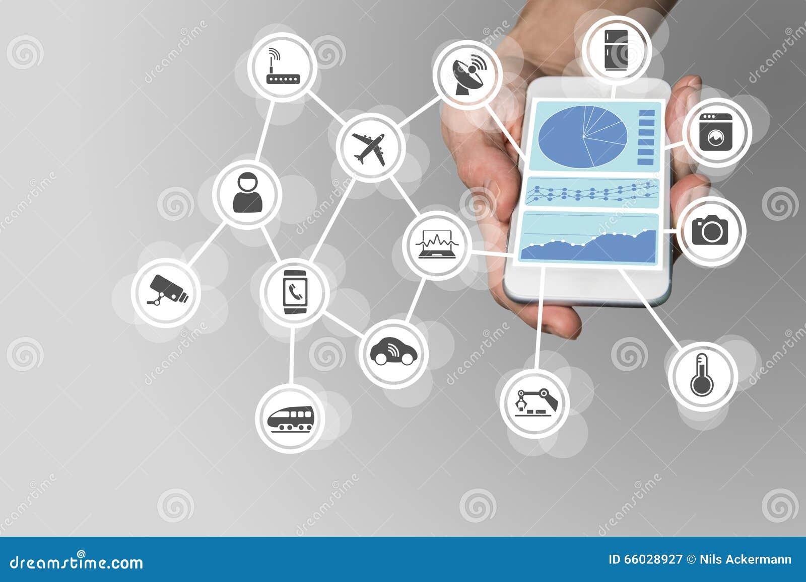 Den moderna handen som rymmer, ilar telefonen på neutral bakgrund Instrumentbräda för att att övervaka och kontrollera internet a
