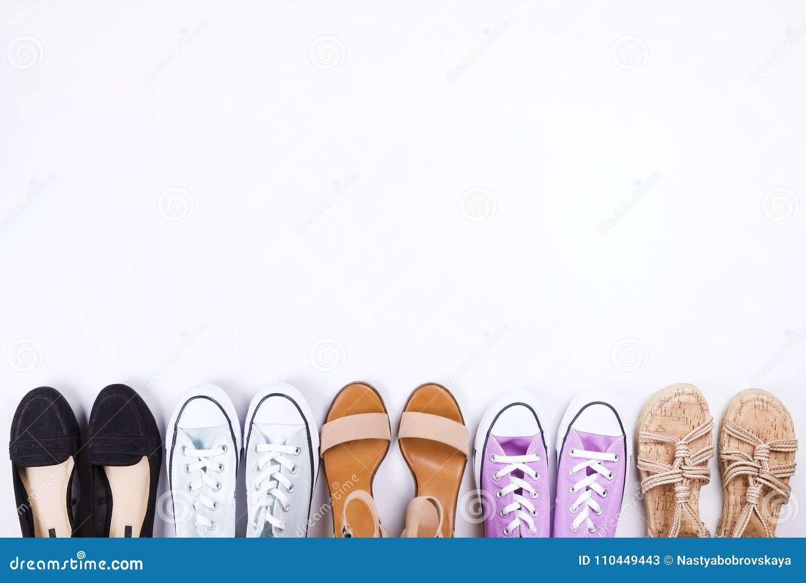 Den moderna innegrejen söker efter stilfull modeblogglookbook Lägenhet som är lekmanna- av stilfulla kläder för kvinnatidskrift S