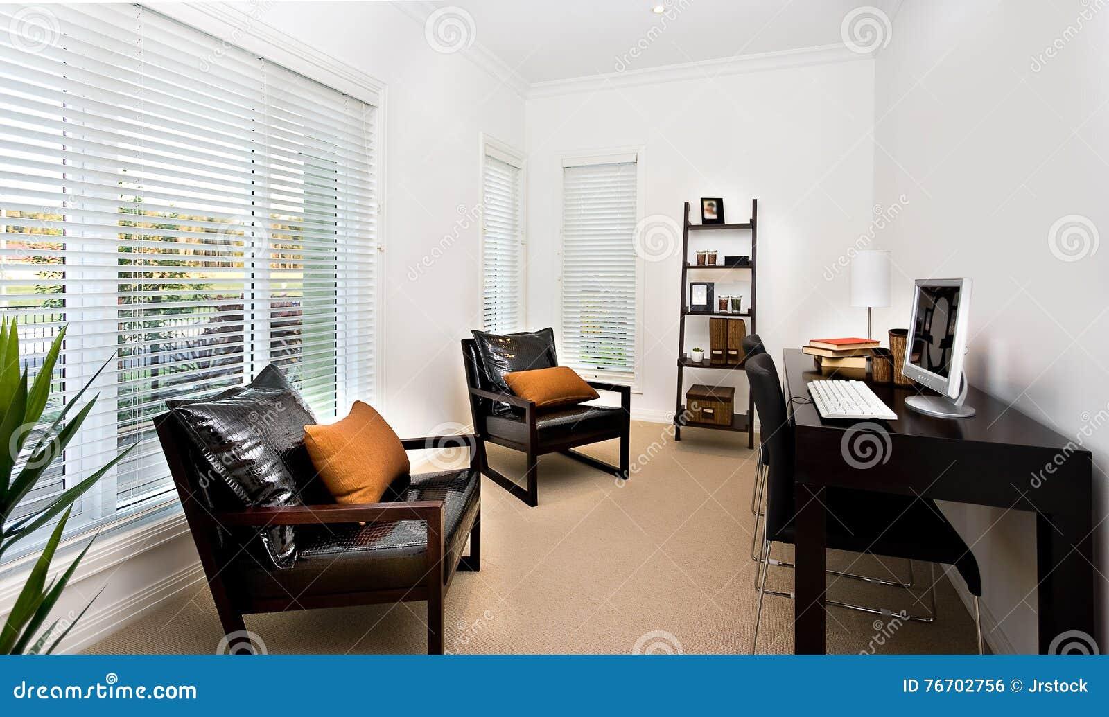 Den moderna inre för arbetsrum dekorerade genom att använda möblemang a för mörk färg