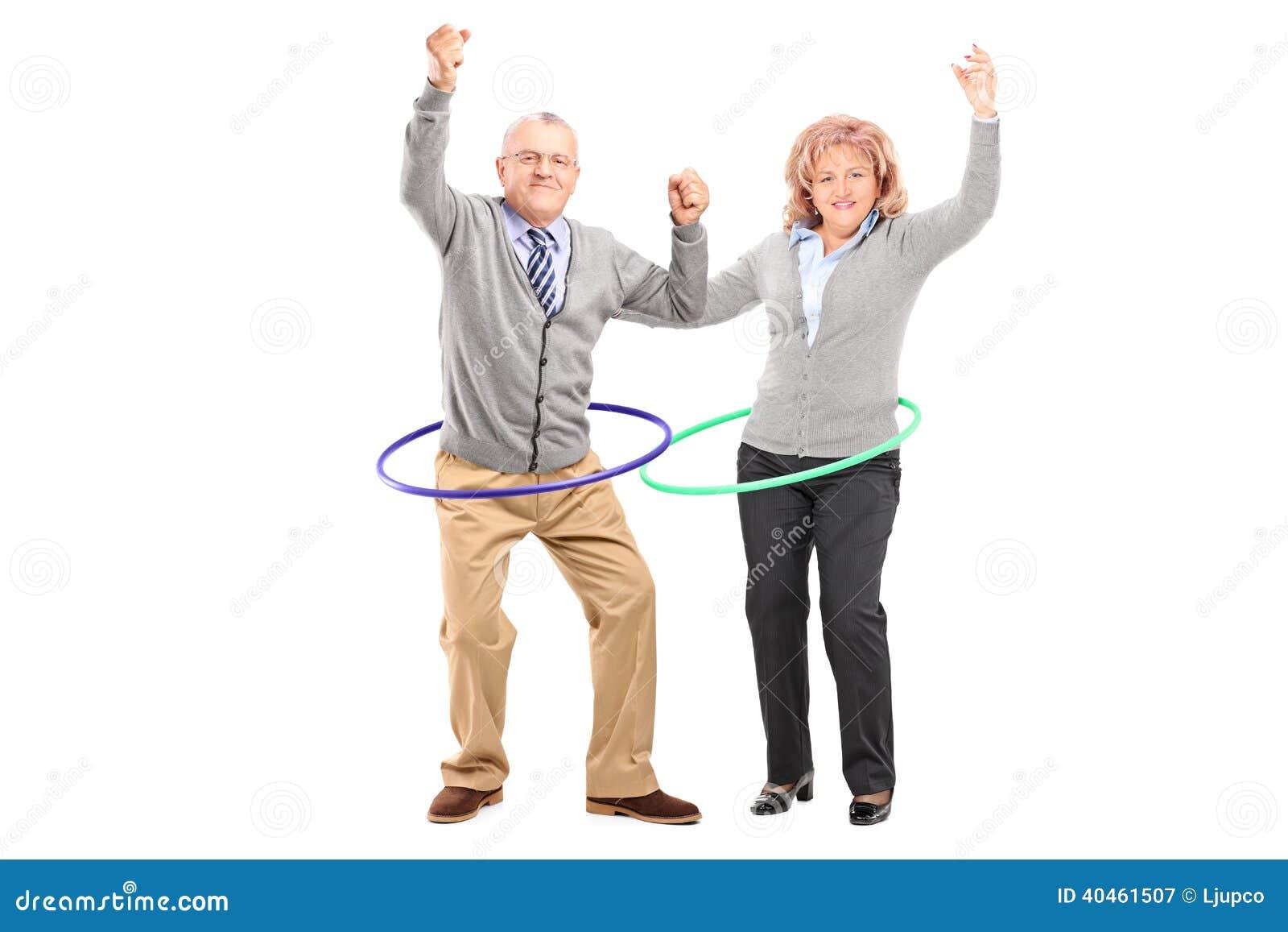 Den mogna mannen och kvinnan som övar med hula, förenar
