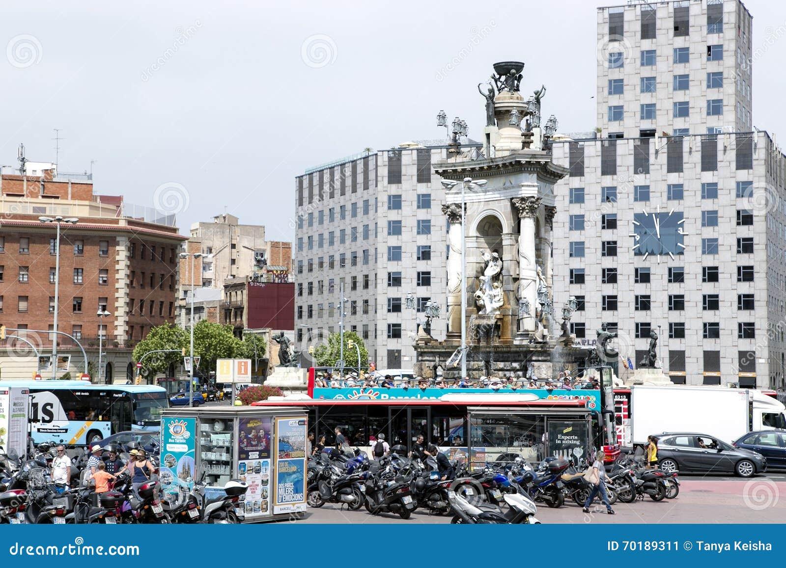 Den monumentala springbrunnen i mitten av plazaen Espanya