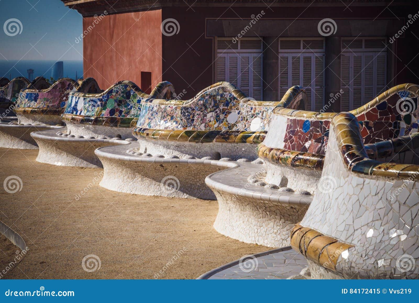 Den mosaiska bänken parkerar in Guell av arkitekten Antoni Gaudi, Barcelona,