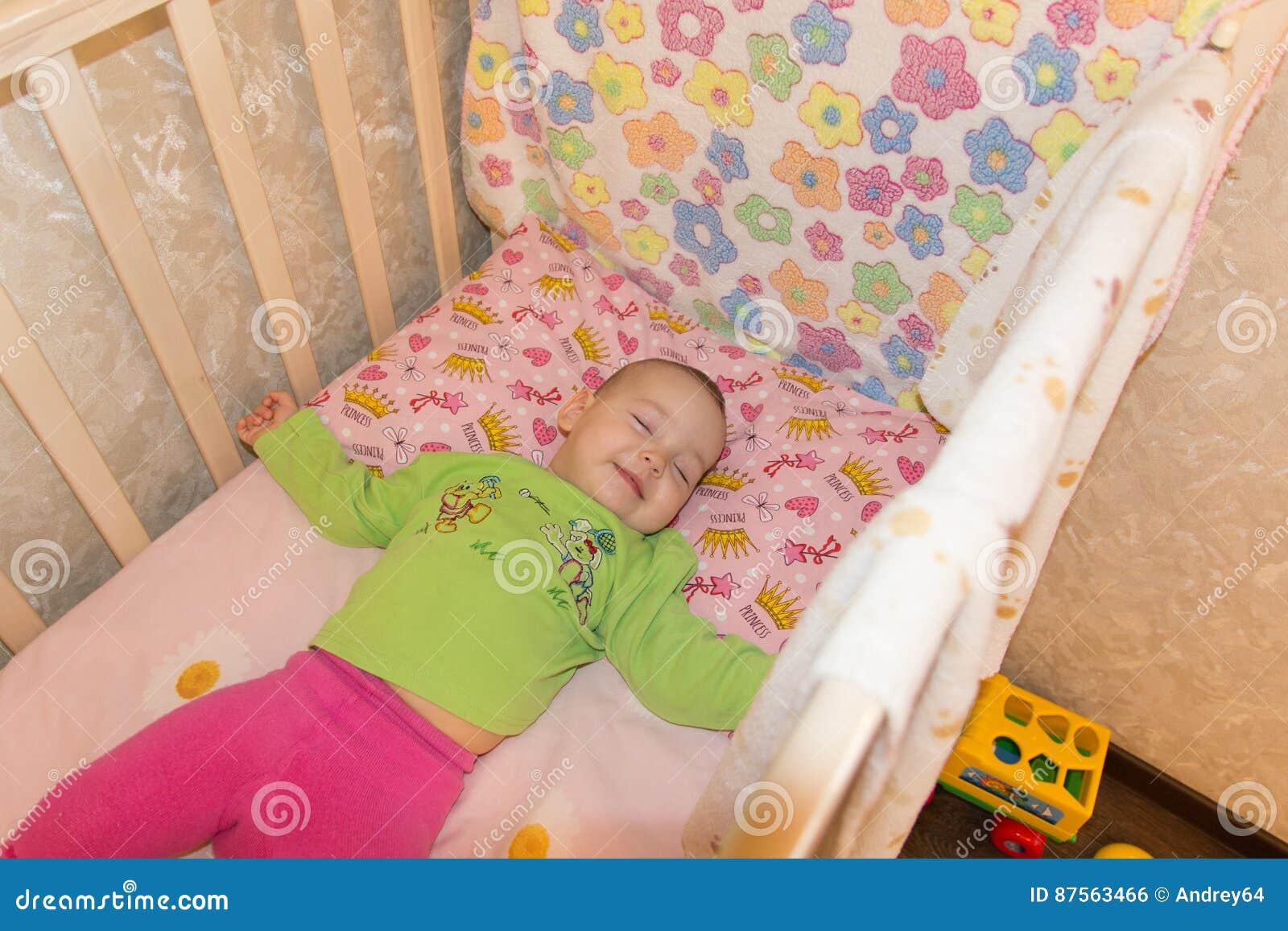 Den mycket trevliga sötsaken behandla som ett barn att sova i lathund