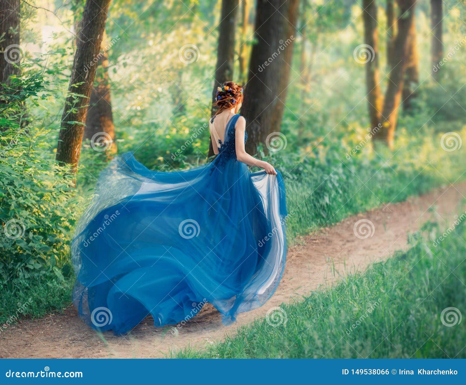 Den mystiska flickan med r?tt fl?tat h?r k?r av fr?n kunglig ferie, dam i l?ng elegant bl? kl?nning med flygljus