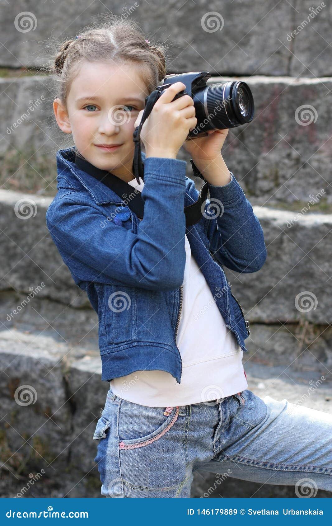 Den nätta flickan med kameran parkerar in
