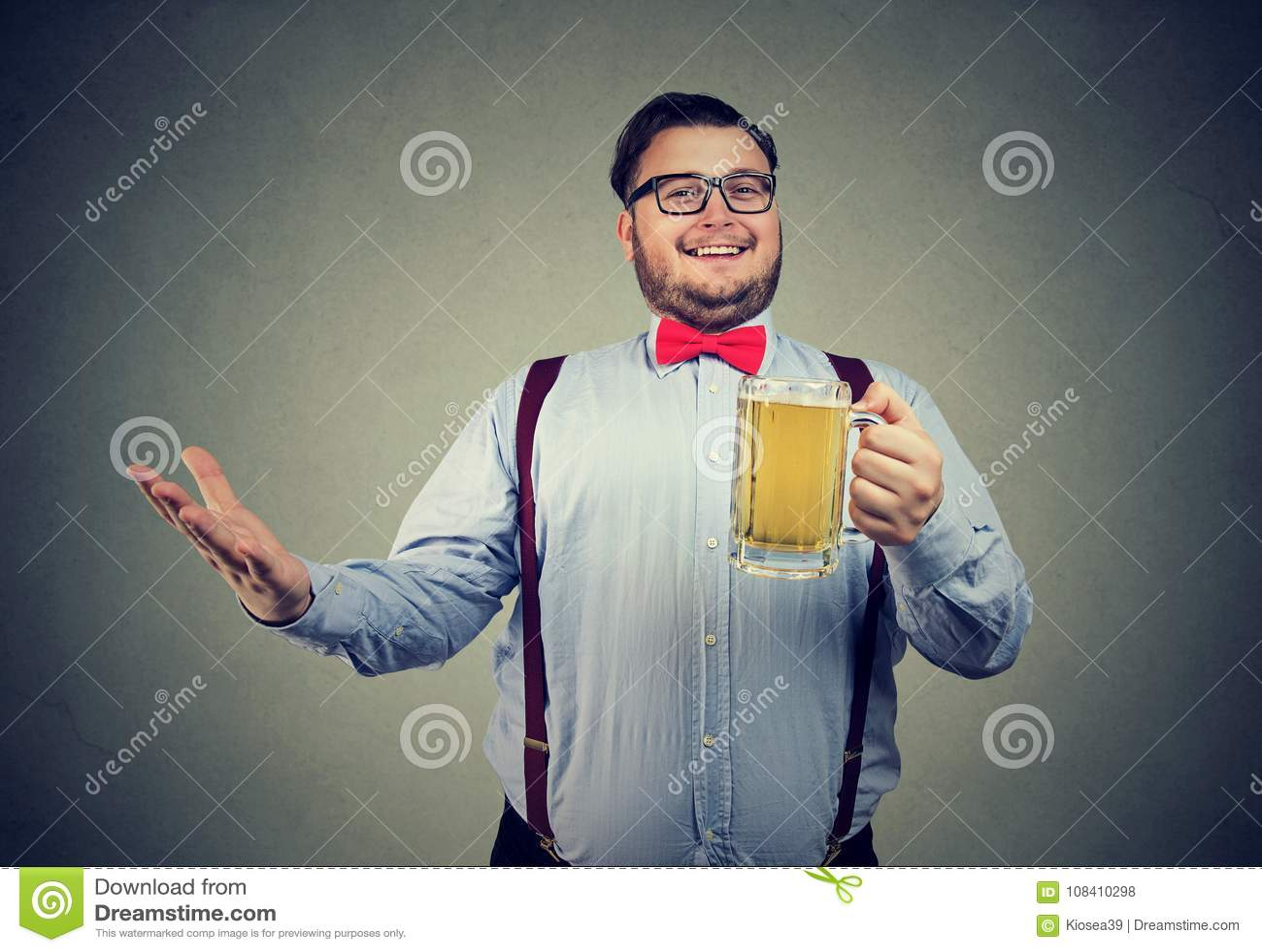 Den nöjda mannen med rånar nolla-öl