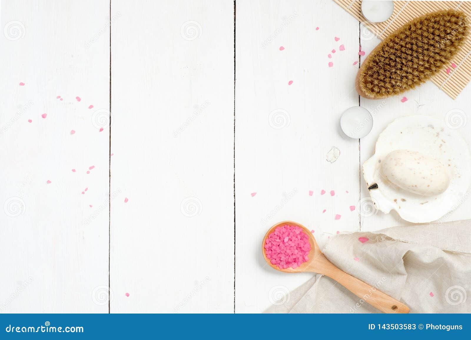 Den naturliga brunnsorten, wellnessen eller sammansättning för hudomsorg med skeden av det rosa badet saltar på, förkroppsligar b