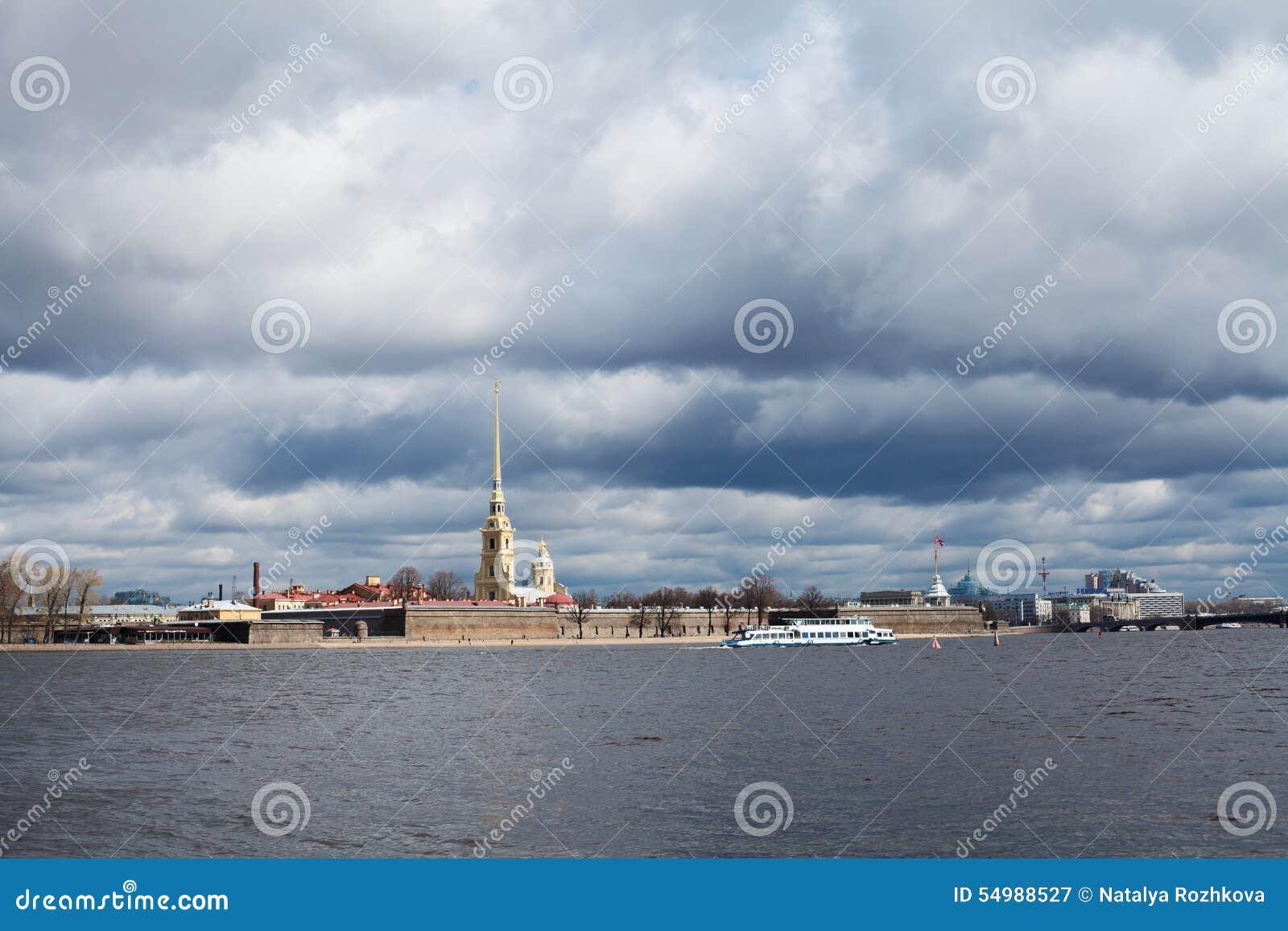 Den Neva floden, den Peter och Paul fästningen