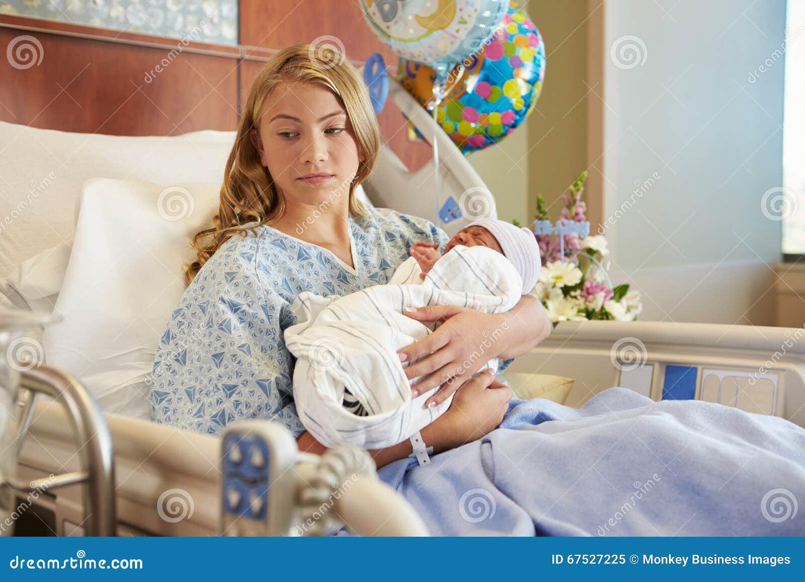 Den nyfödda olyckliga tonårs- flickan som rymmer, behandla som ett barn sonen i sjukhus