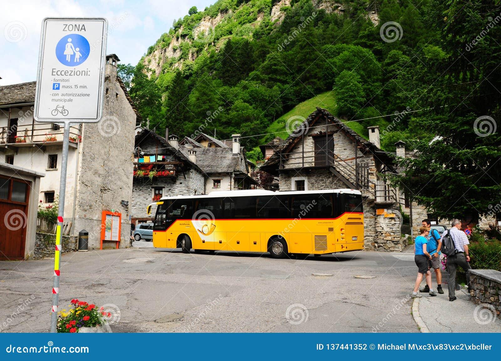 Den offentliga bussen tar dig till Sonogno, den sista byn i den Verzasca dalen