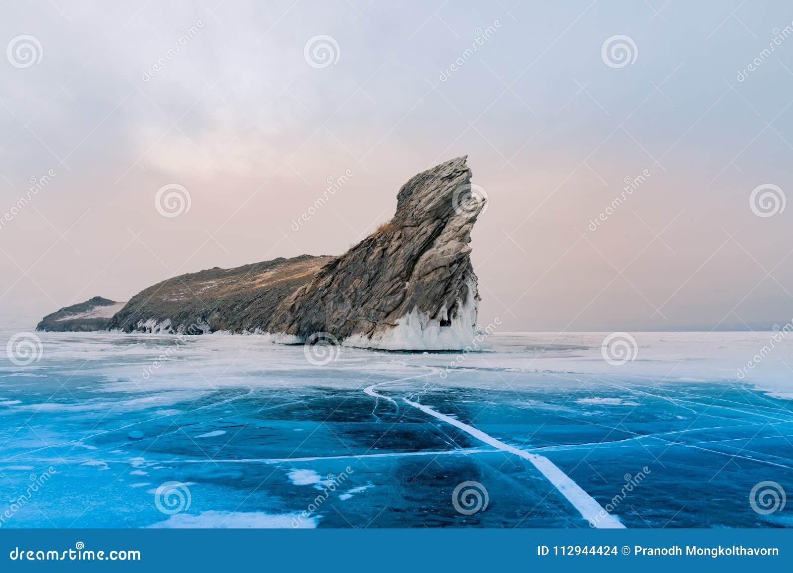 Den Ogoy ön över Baikal fryste vattensjön den Sibirien, Ryssland vintersäsongen