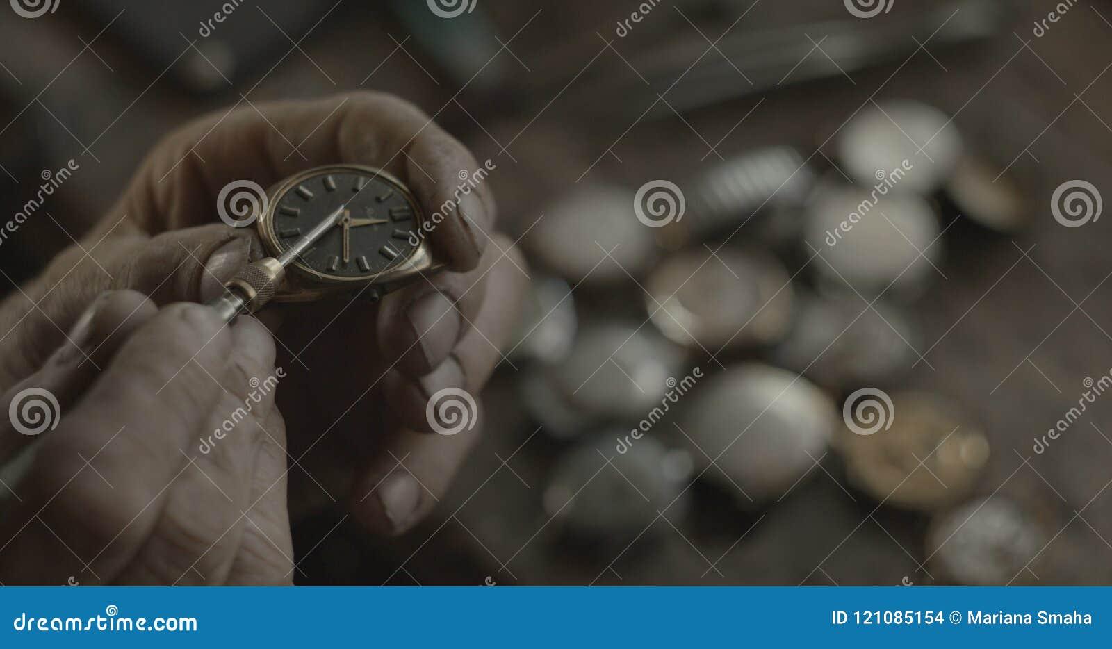 Den okända urmakaren fixar den forntida tappninghandklockan i hans seminarium Ingen framsida 4K RÖTT kameraskott