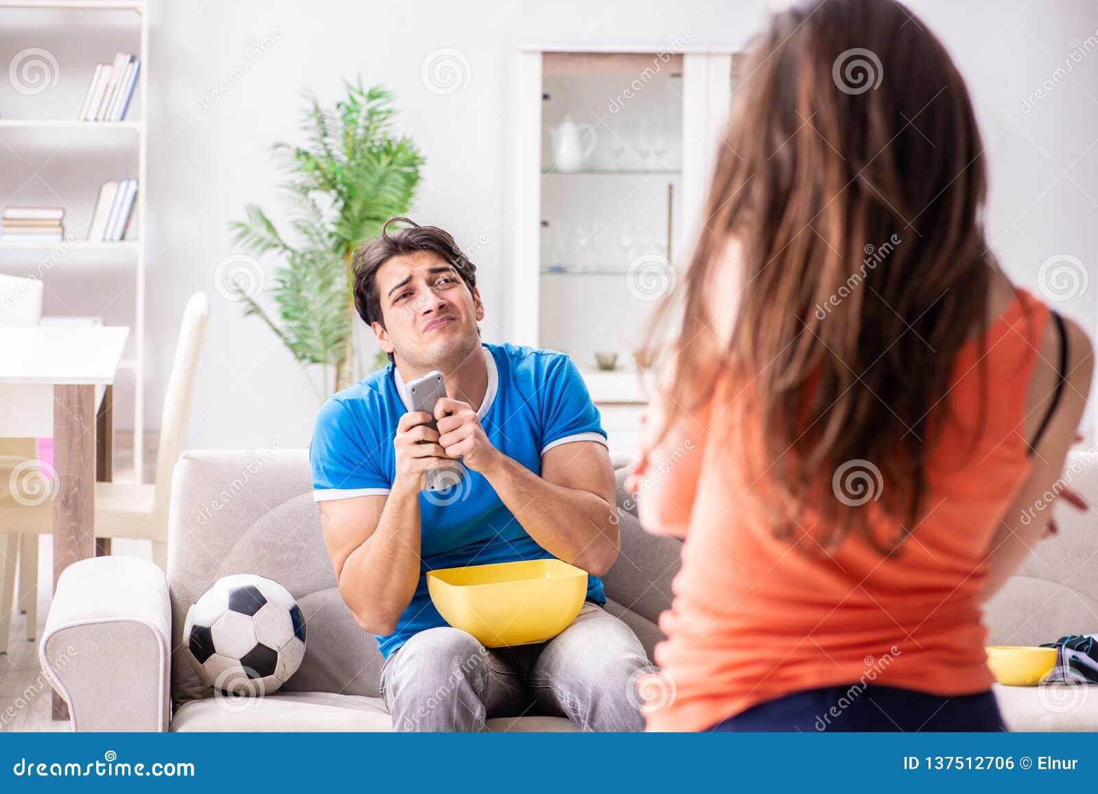 Den olyckliga frun som maken håller ögonen på fotboll