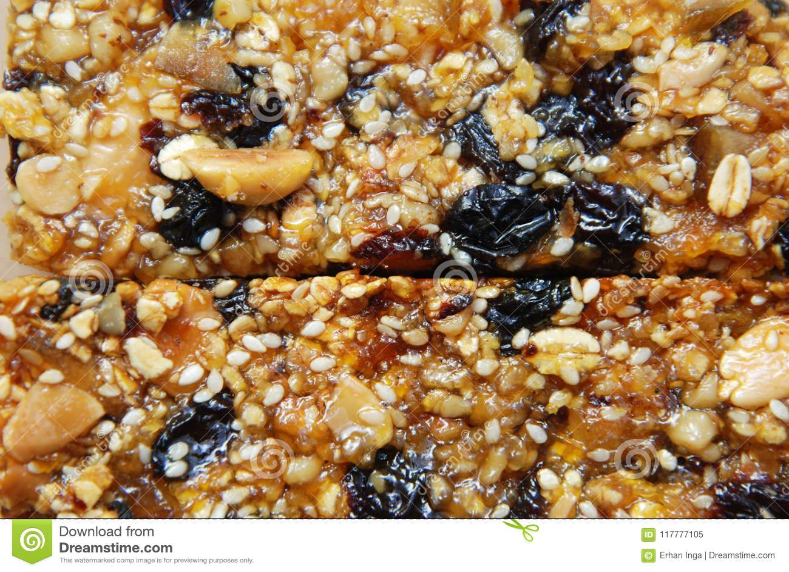 Den organiska Granolastången med muttrar och sädesslag, torkar frukter Sunt banta och konditionmatmellanmålet