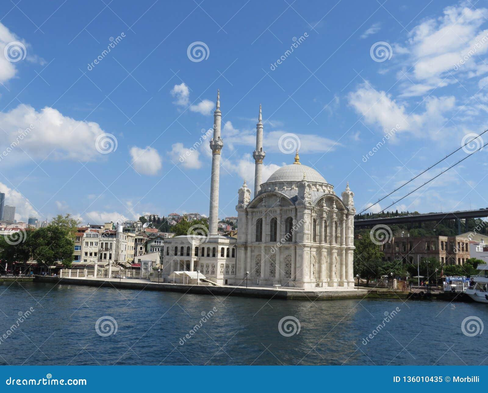 Den Ortakoy moskén i Istanbul