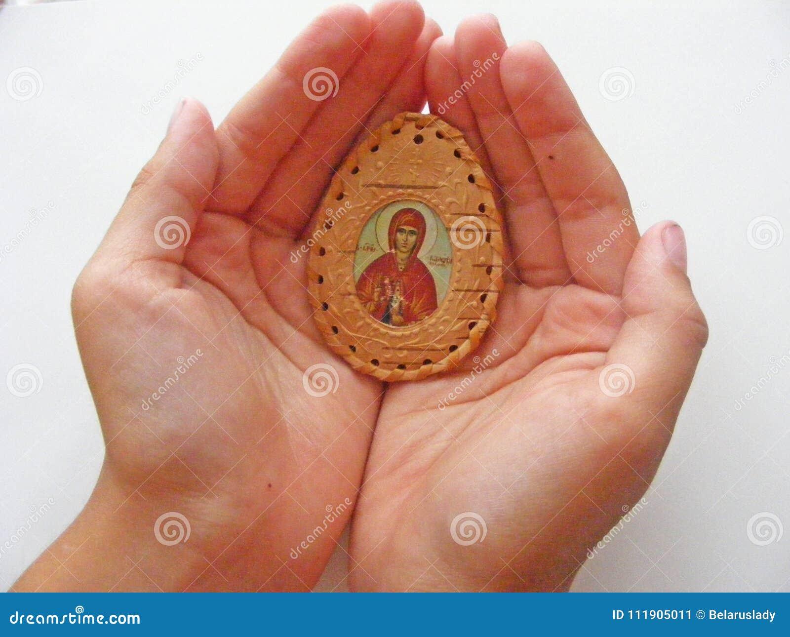 Den ortodoxa symbolen i barnhänder stänger sig upp
