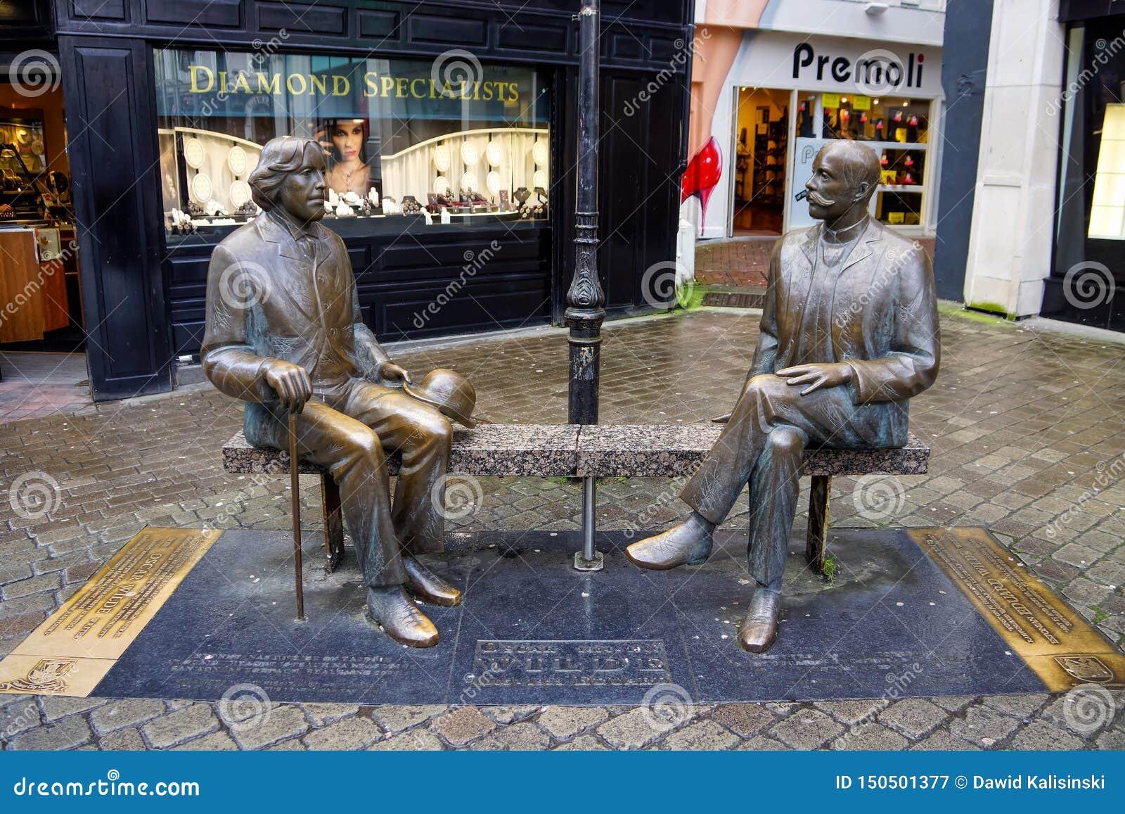 Den Oscar Wilde statyn shoppar in gatan Galway är en värd till Oscar Wilde Festival