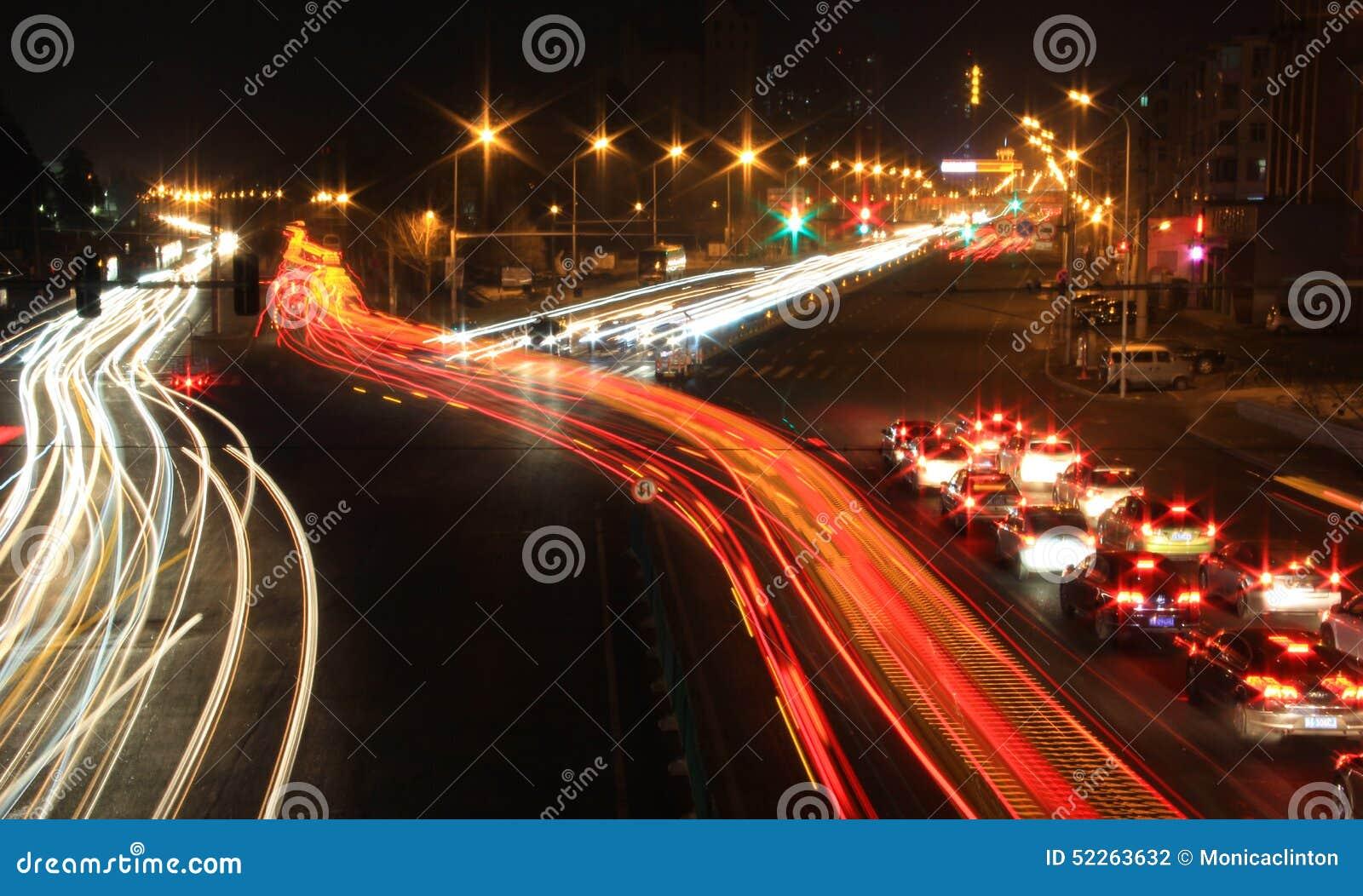 Den oskarpa bilen tänder nattvägtrafik