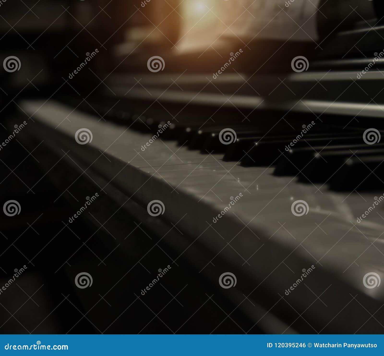 Den oskarpa ljusa designbakgrunden av pianotangenter, där är vita pianotangenter och svarta pianotangenter