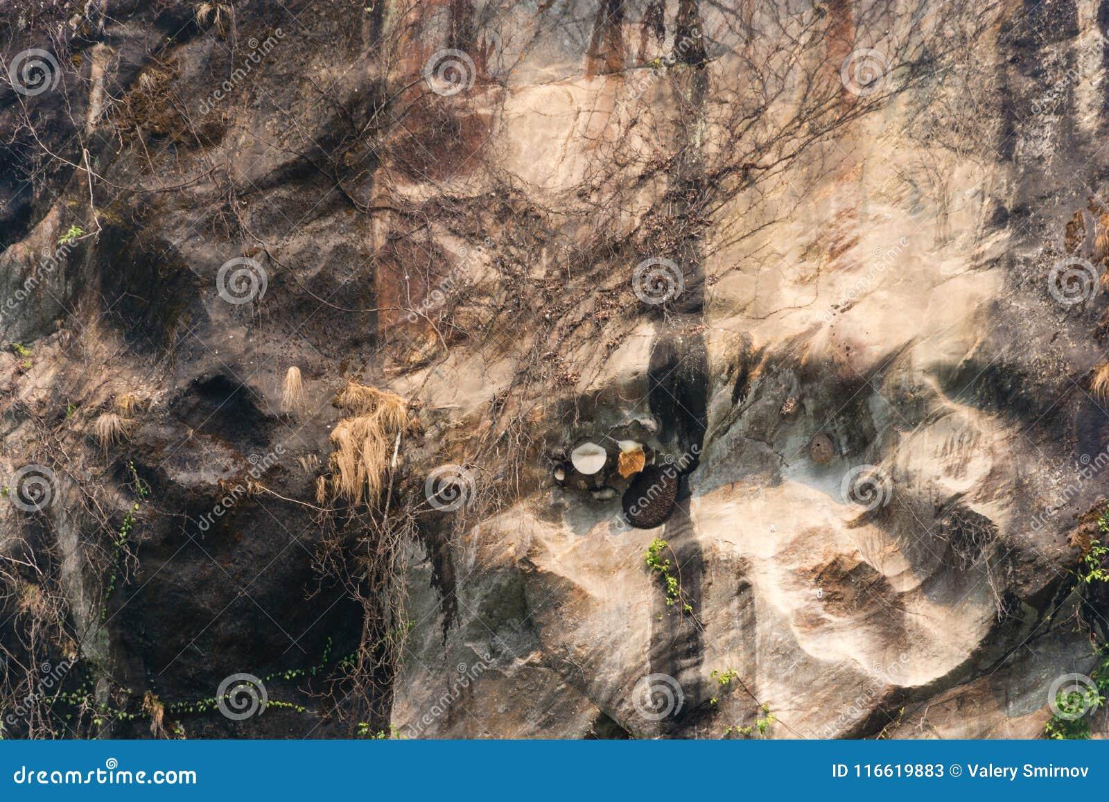 Den ovanliga texturen av en brant klippa i himalayasna