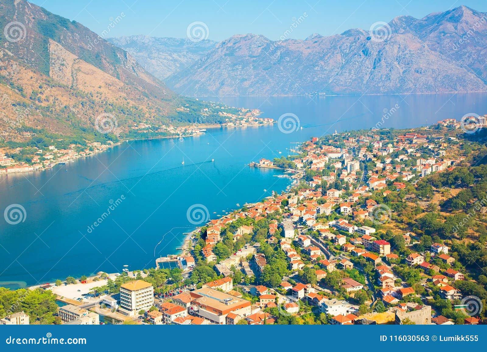 Den panorama- flyg- sikten av Kotor och Boka Kotorska skäller, Montenegro