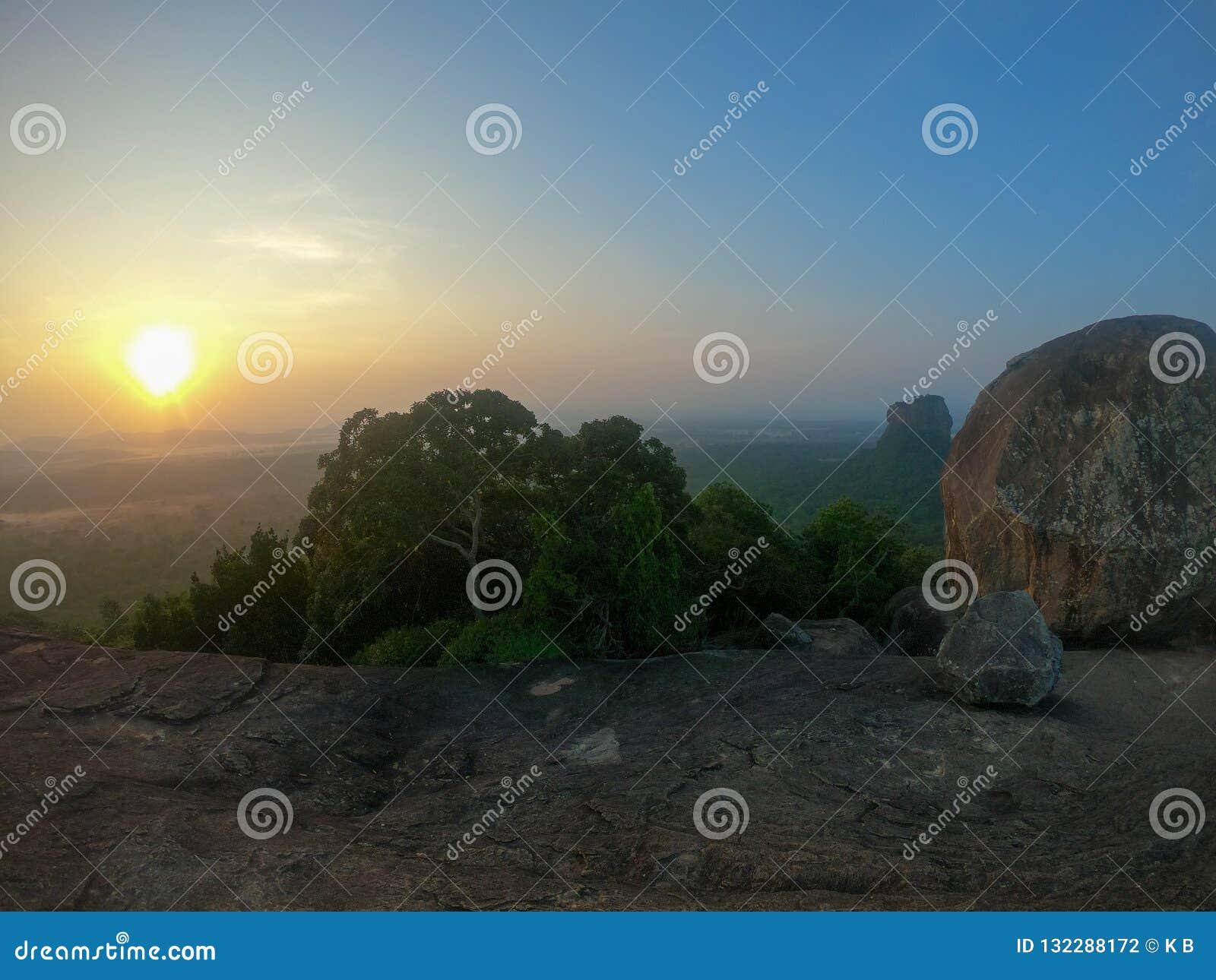 Den perfekta soluppgången över Sigiriya vaggar Sett en bästa Pidurangala vagga, Sri Lanka