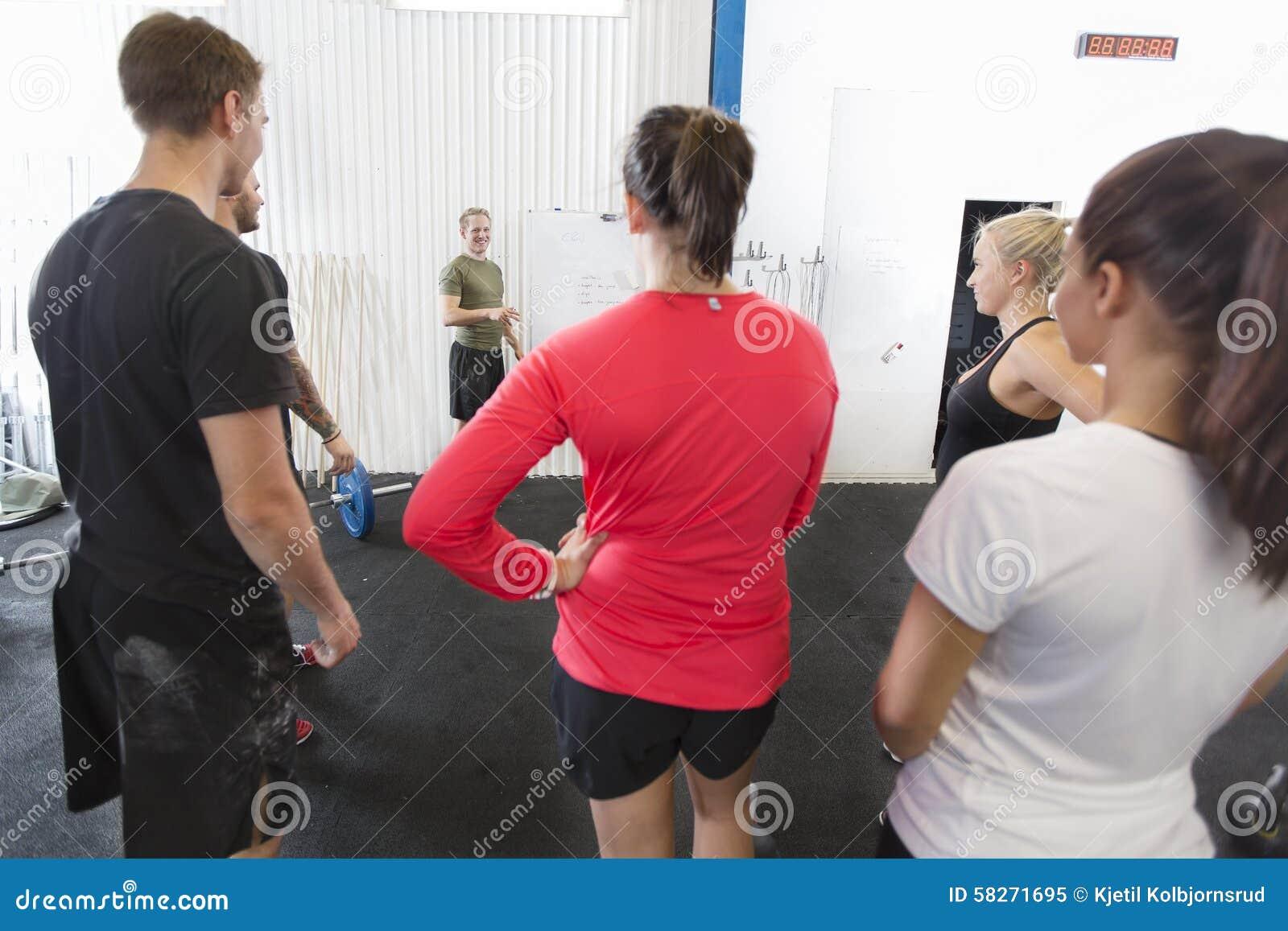 Den personliga instruktören instruerar hans konditiongenomkörarelag