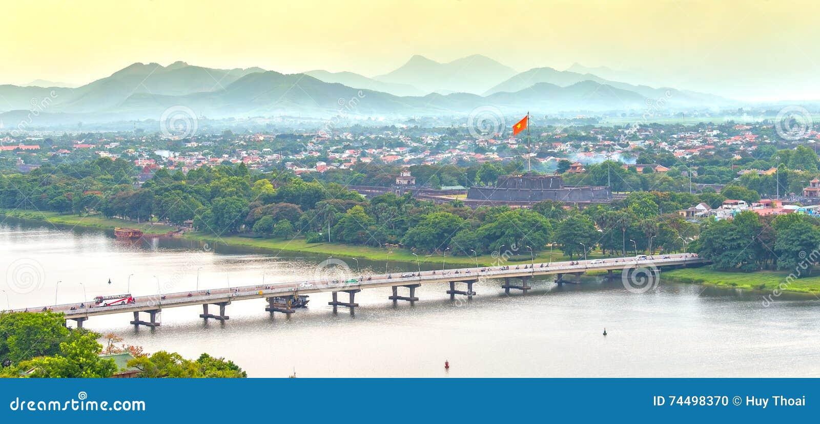 Den Phu Xuan bron förbinder doftfloden för båda sidor