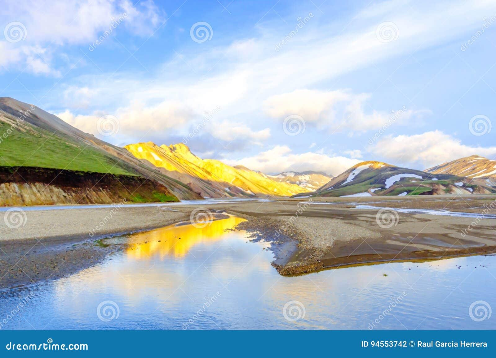 Den pittoreska soluppgången över berg Landmannalaugar Fjallabak naturreserv iceland