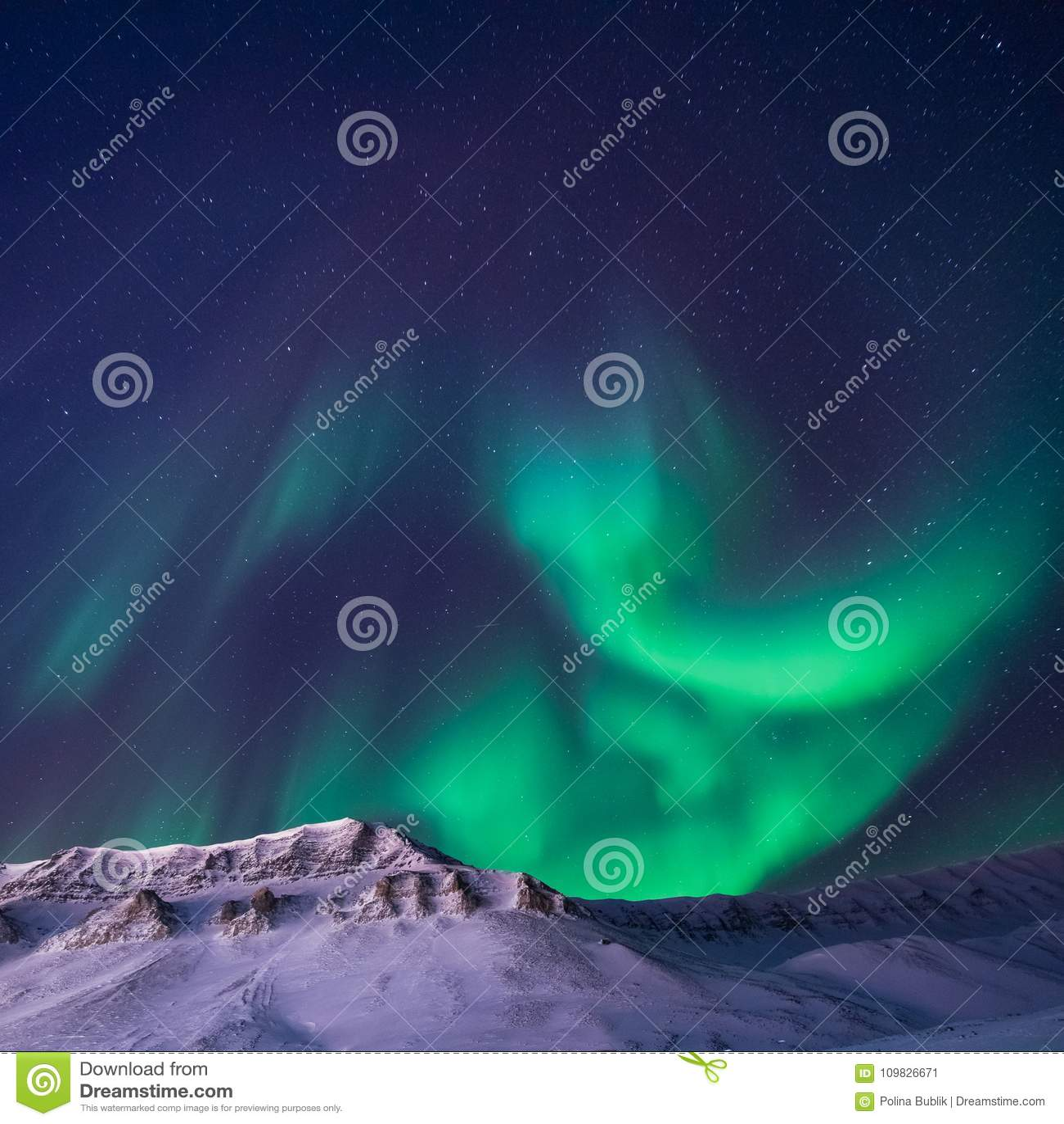 Den polara arktiska för norrskenhimmel för nordliga ljus stjärnan i berg för Norge Svalbard Longyearbyen stadssnowscooter