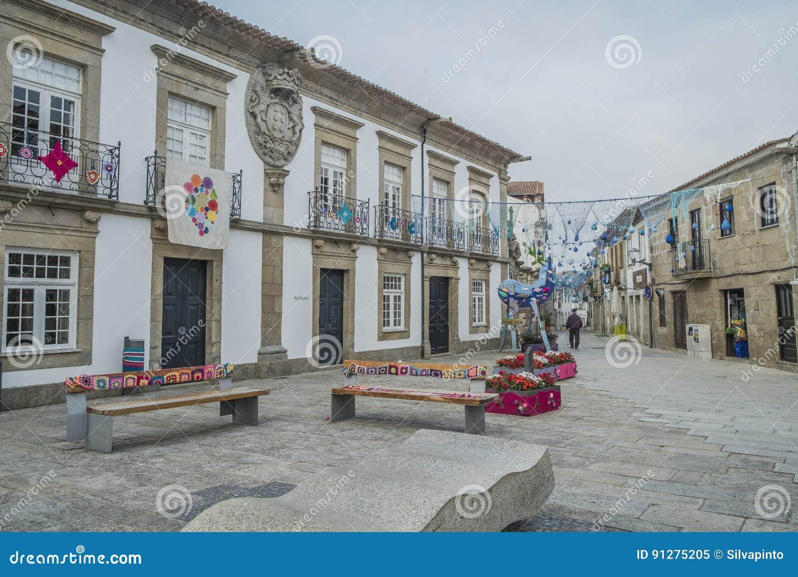 Den portugisiska gatan dekorerade för de festliga säsongerna, minho, port