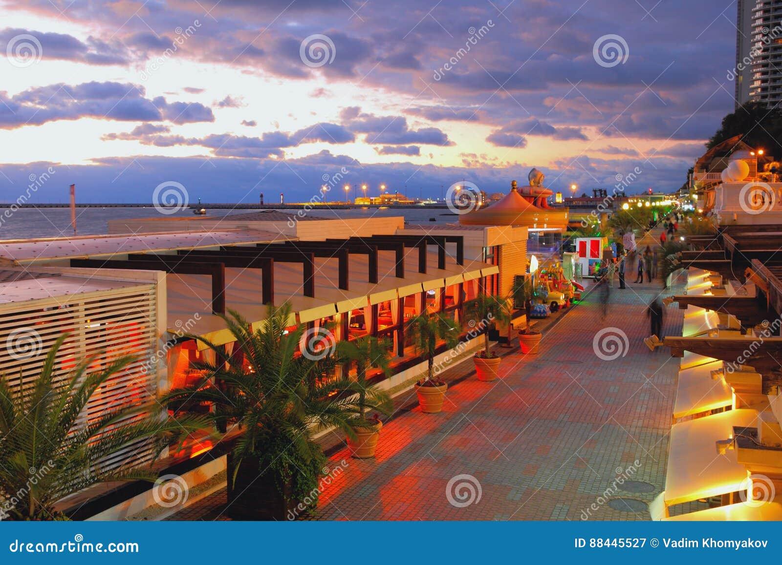 Den Primorskaya gatan - promenera på kust av Black Sea för russia sochi för 2014 2018 kopplekar olympic värld vinter