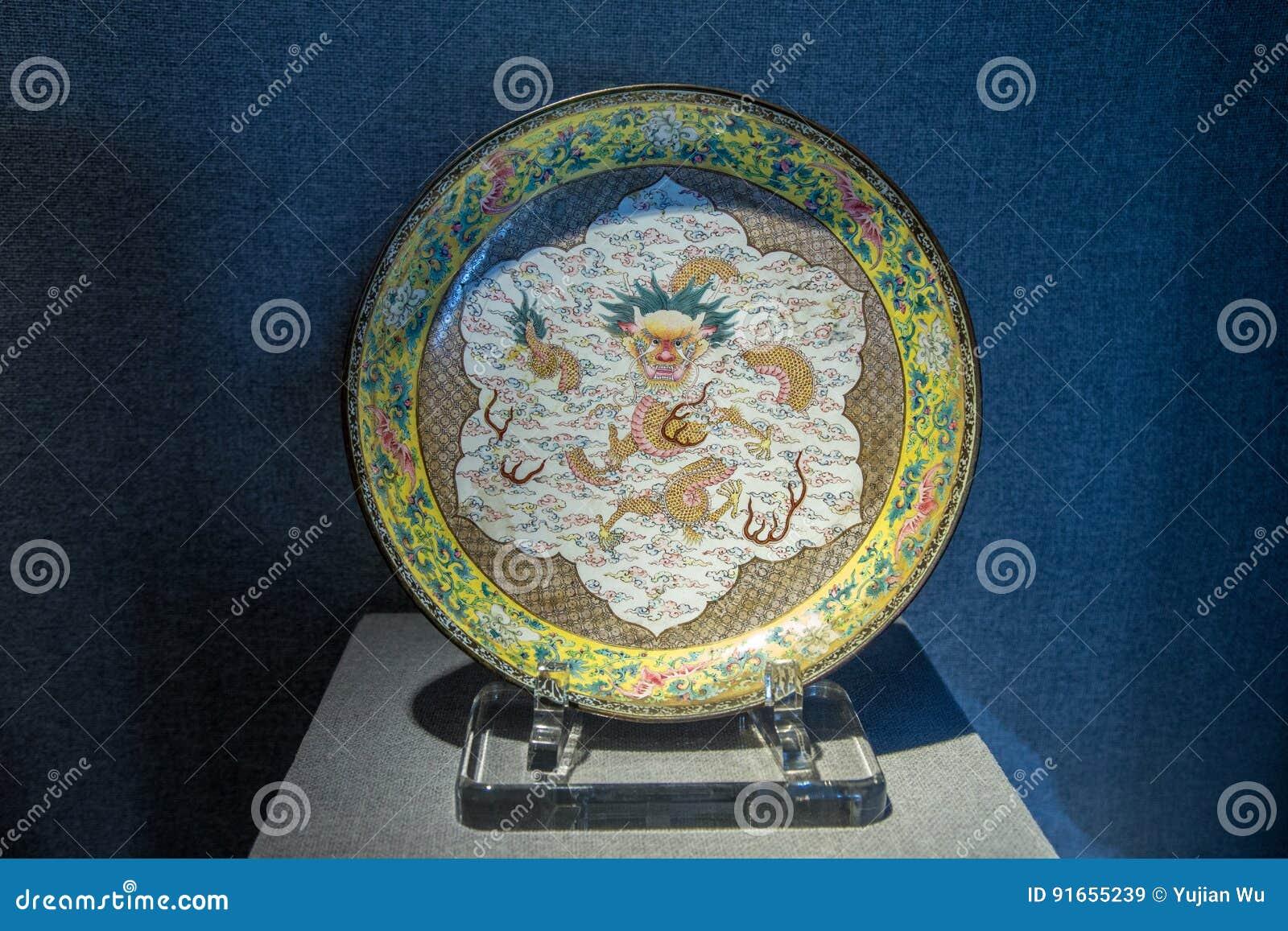 Den Qing Emperor Qianlong antikviteten 1735, den emaljerade medaljongen för brokad för koppargulingpionen slogg in molndrakediske