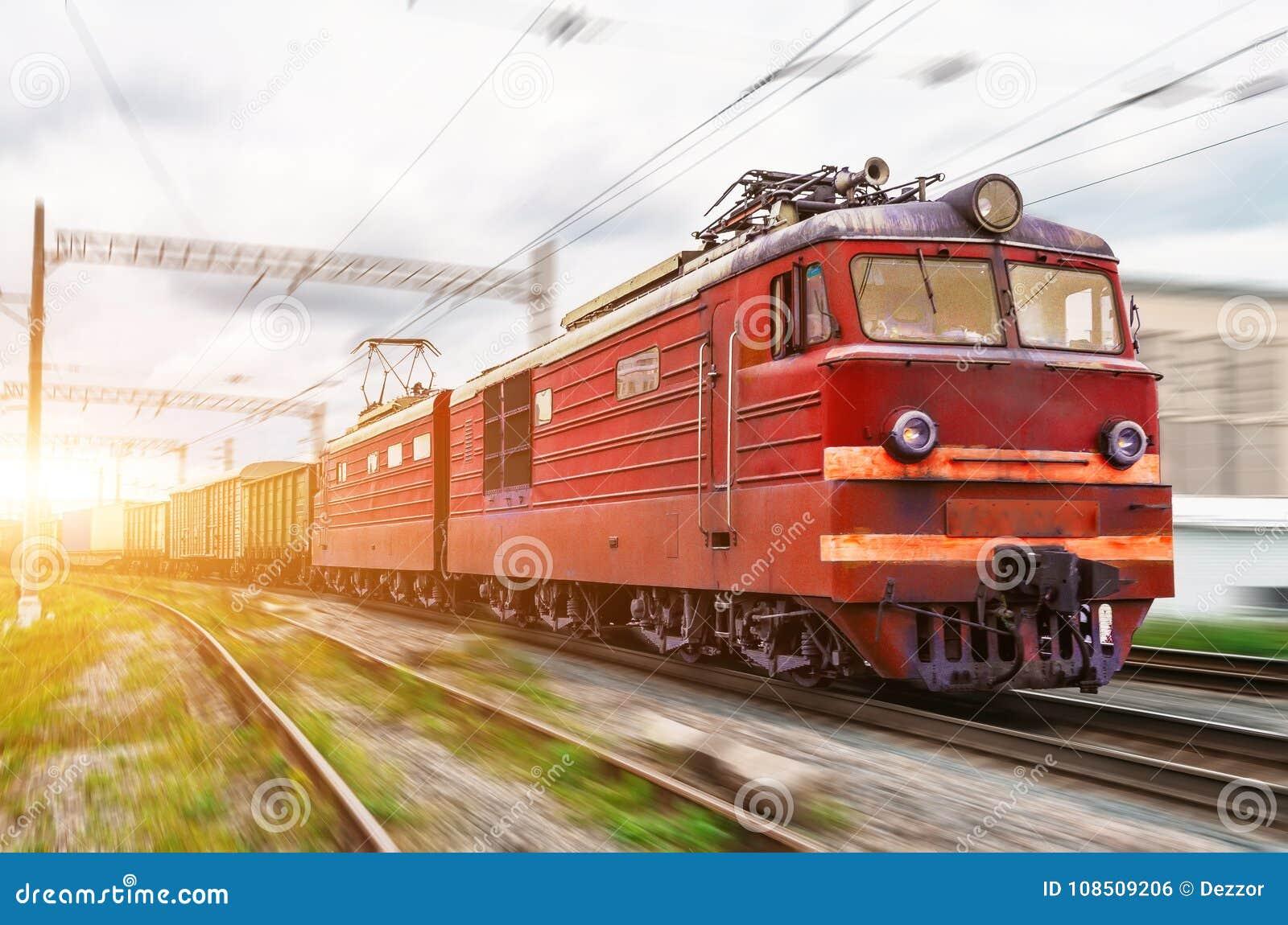 Den röda rörliga elkraften med ett fraktdrev på den hög hastigheten rider vid stången
