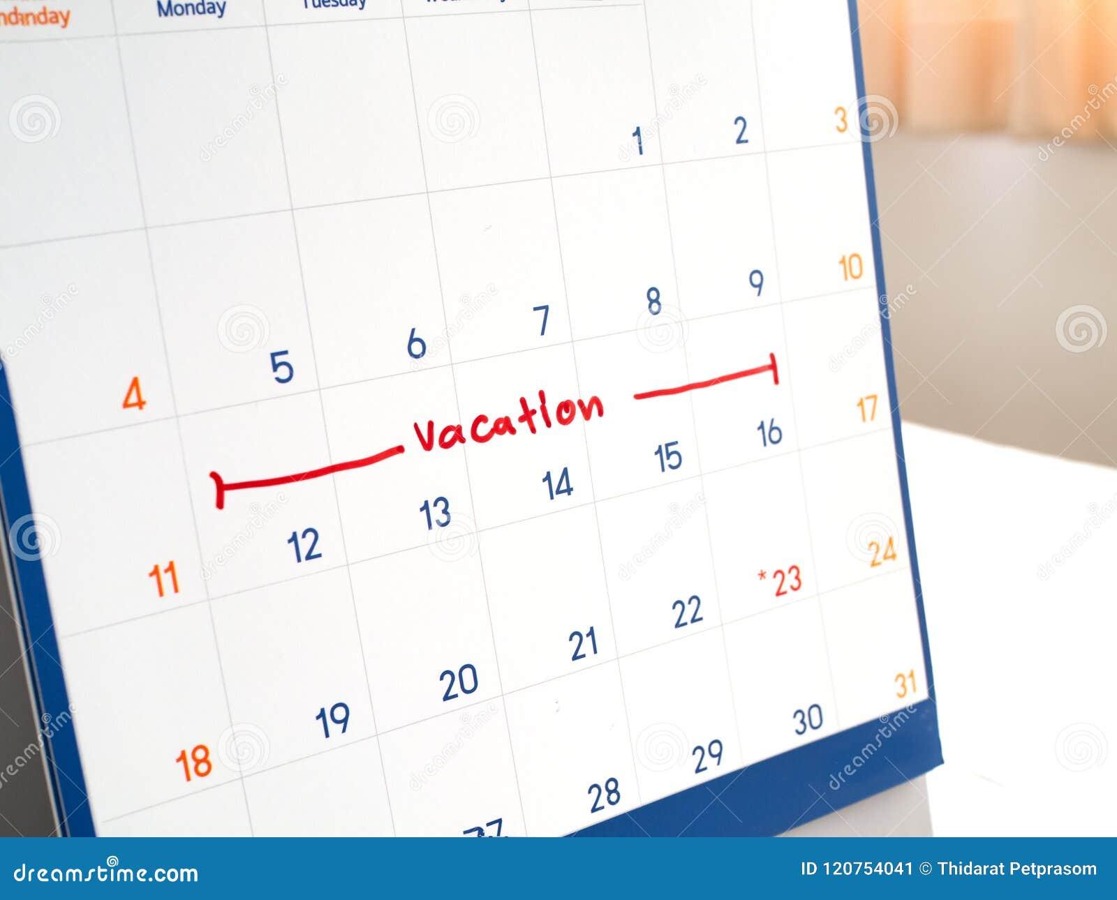 Den röda semestern skriver på den markerade vita kalendern för minns och uppsätta som mål tid länge att semestra och koppla av ti