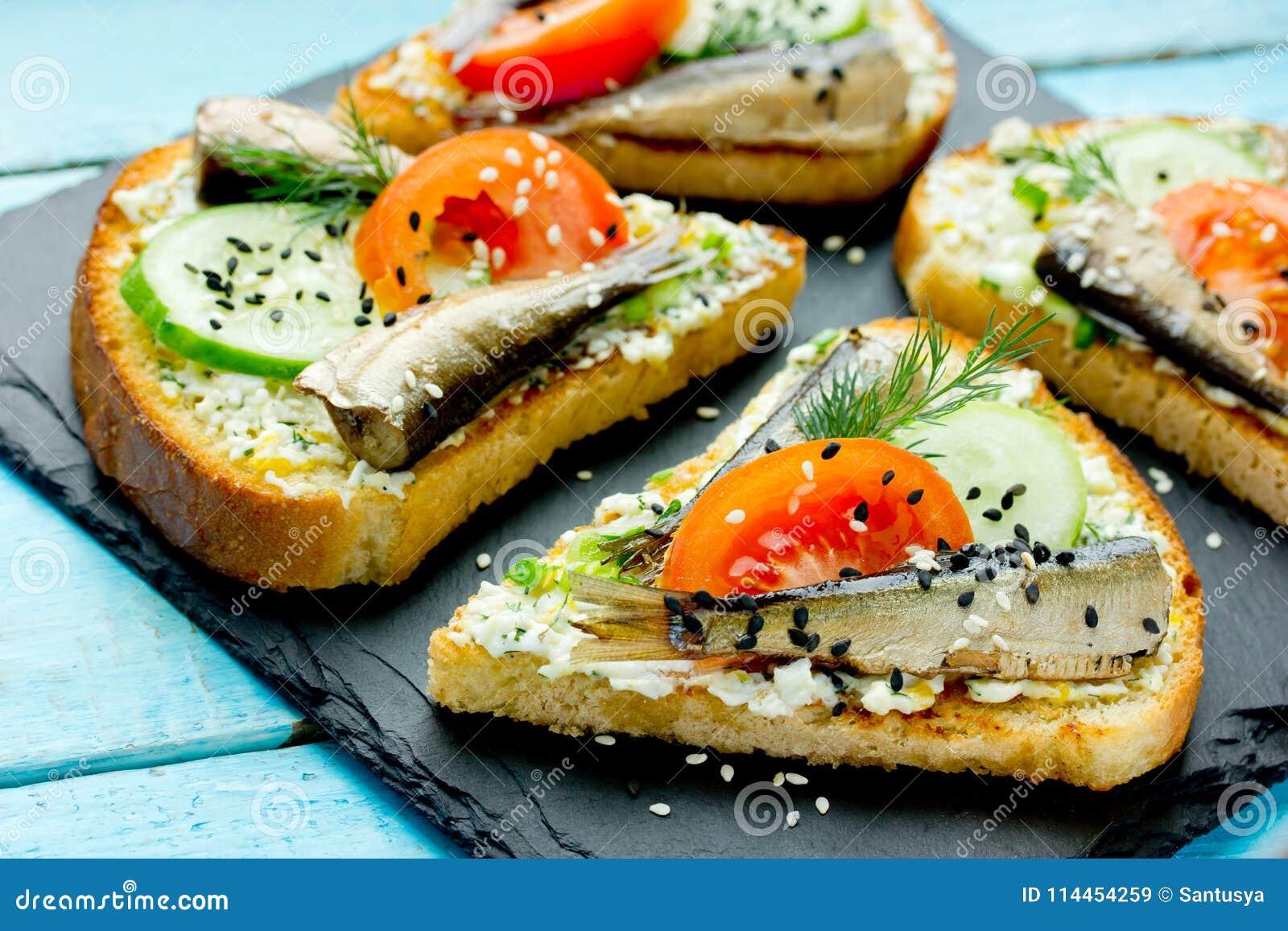 Den rökte liten stackaresmörgåsen - fiska, kokade ägget, ny gurka