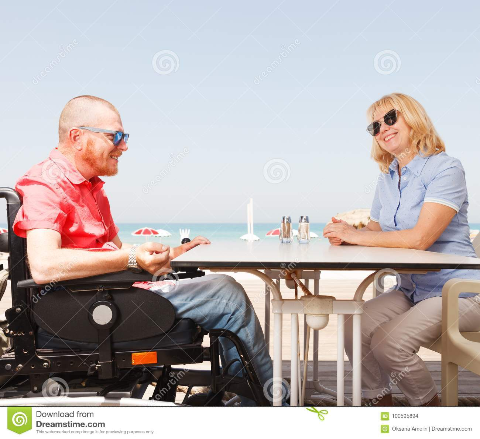 Den rörelsehindrade mannen sitter med en kvinna