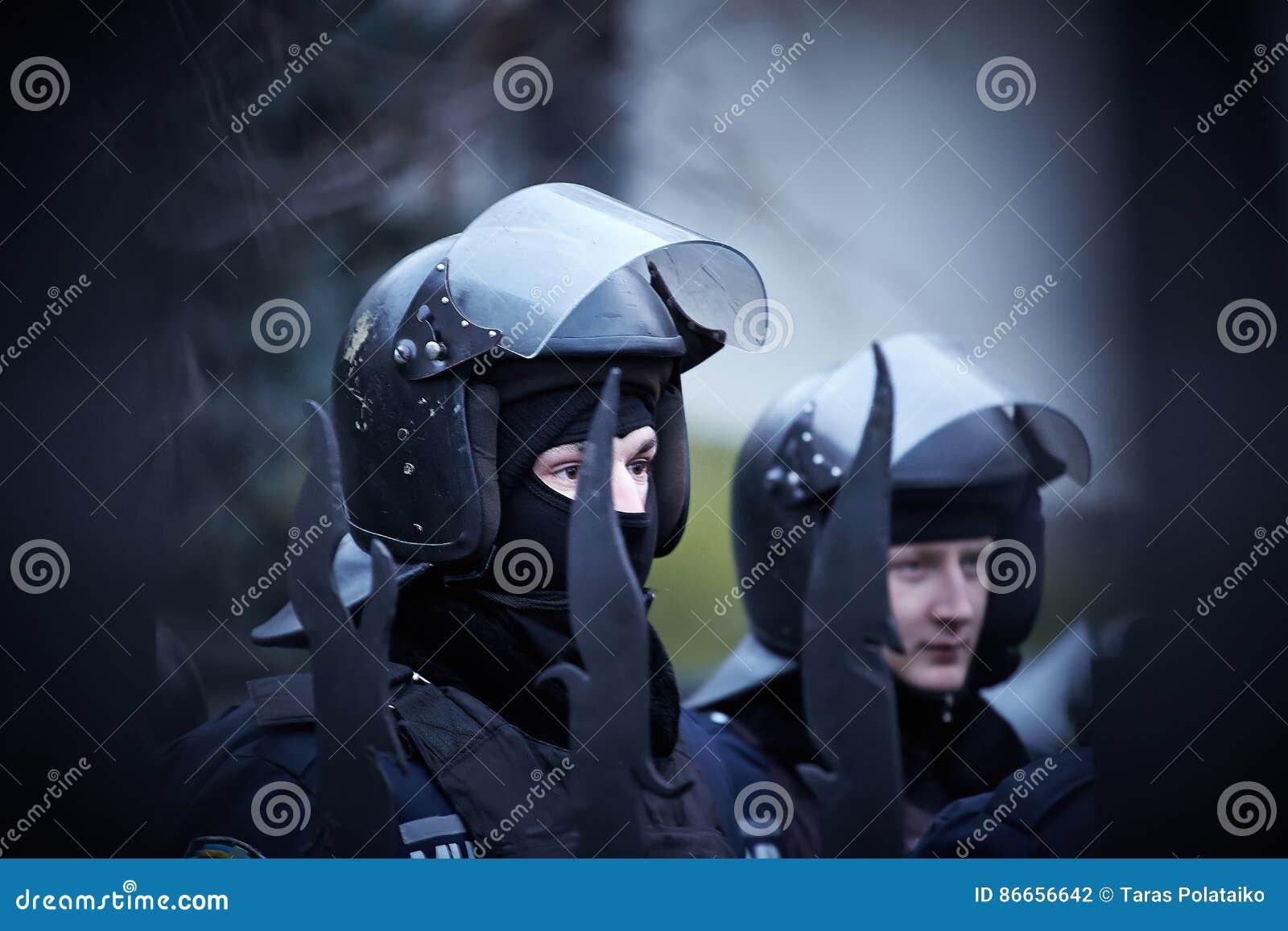 Den regerings- polisen på självständigheten kvadrerar under revolution i Ukraina