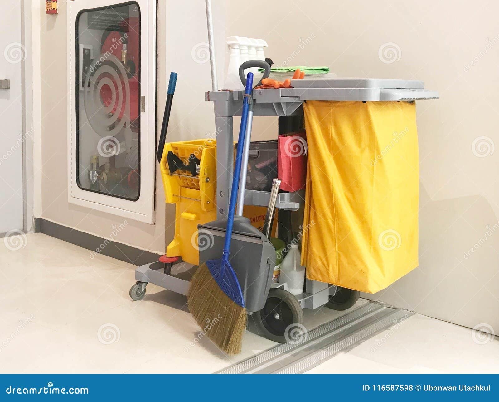 Den rengörande tjänste- vagnen väntar på lokalvård Hink och uppsättning av rengöring
