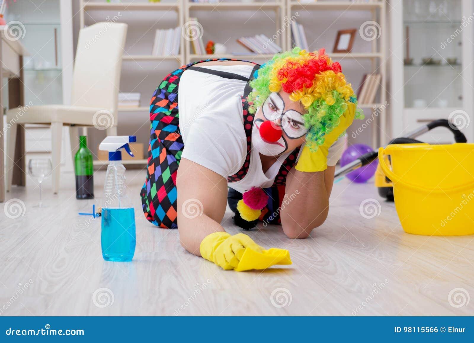 Den roliga clownen som gör att göra ren hemma